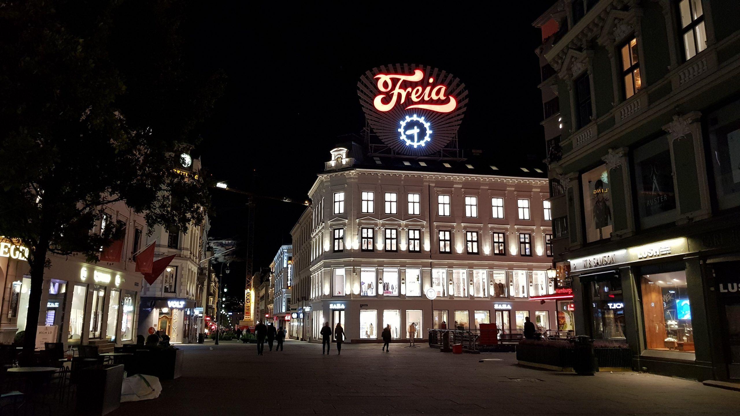 Calle peatonal Karl Johans gate con el cartel de Freia de Fondo