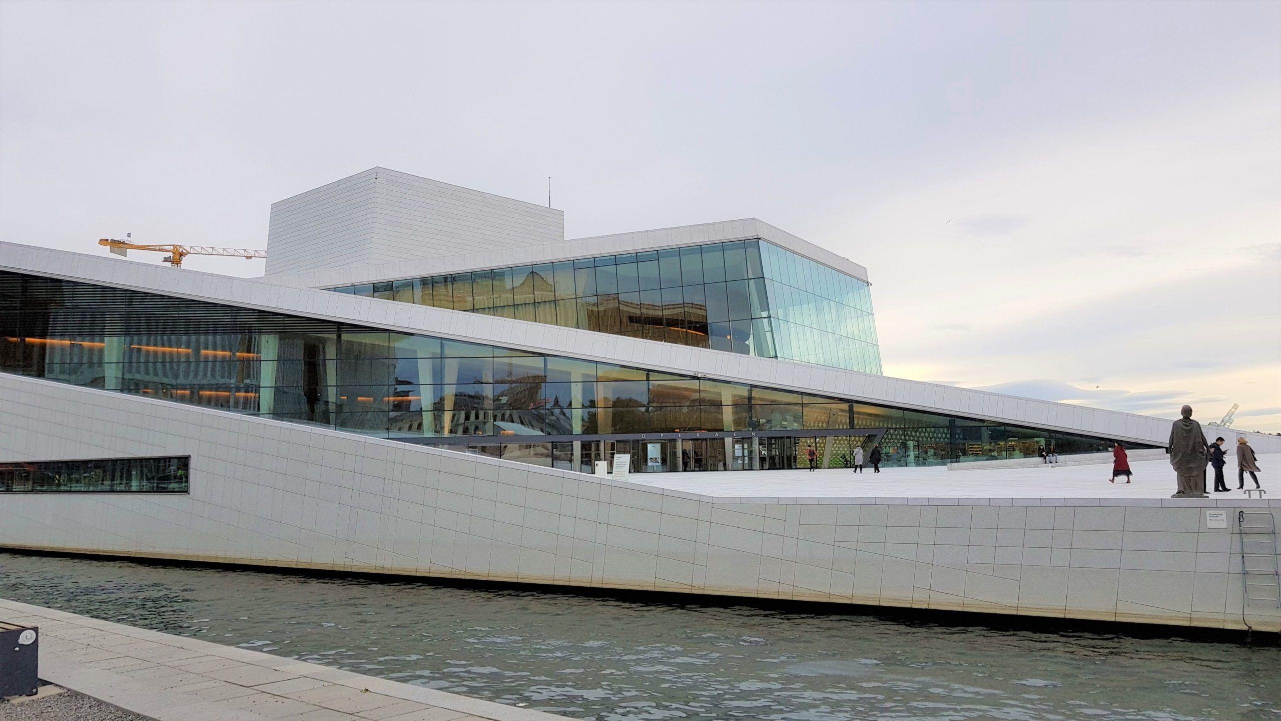 Fachada de la Opera de Oslo , rodeada de agua