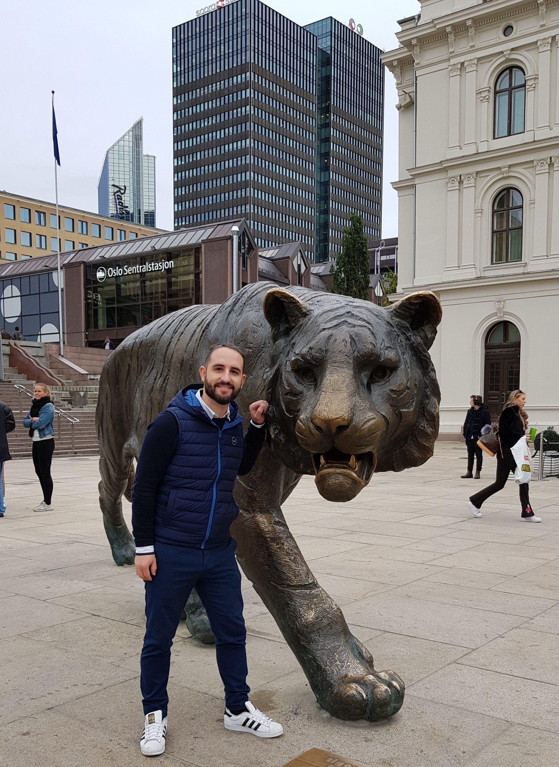 Estatua del tigre delante de la estación de trenes de Oslo