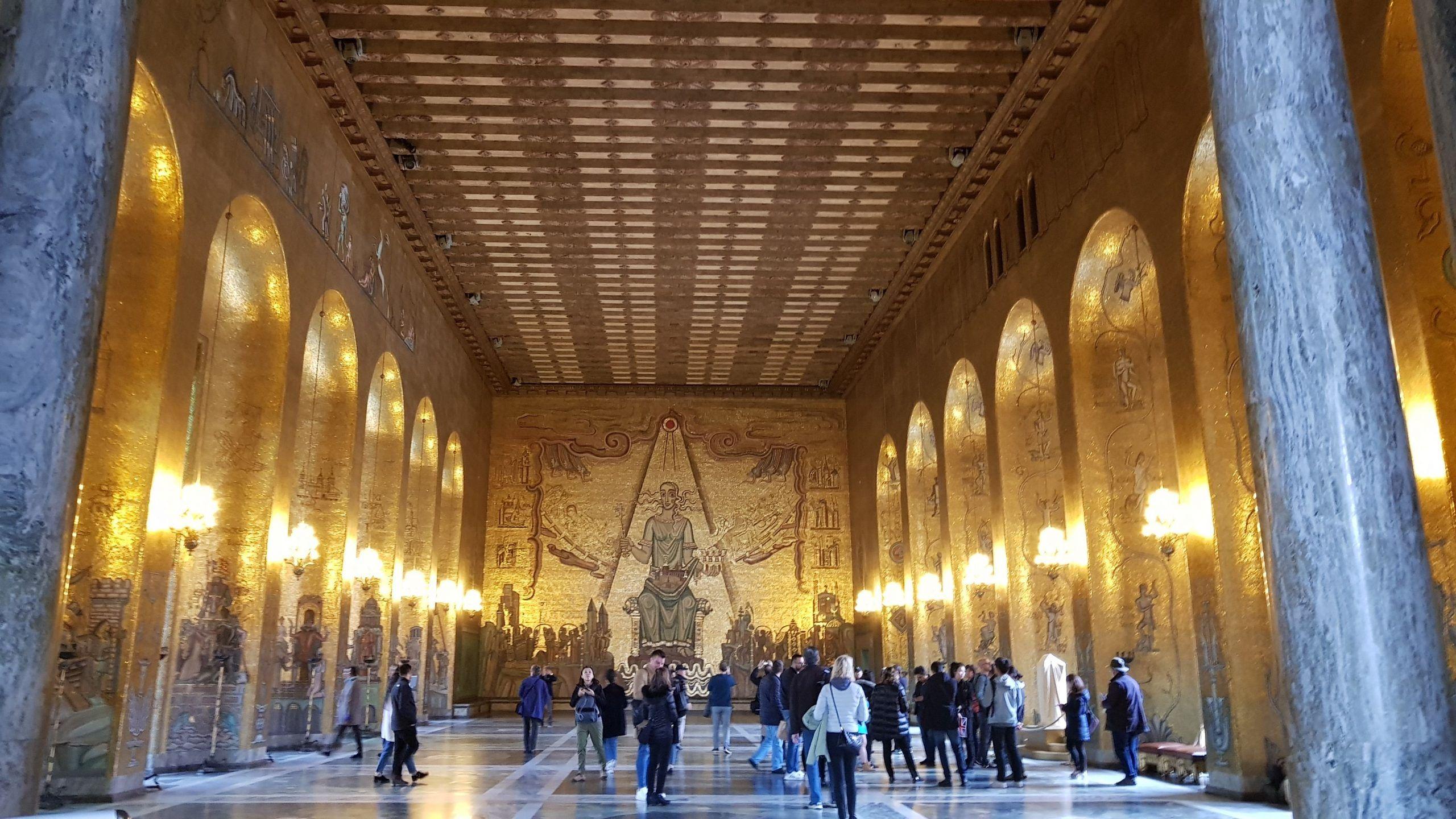 Sala dorada donde se representa en mosaicos la historia de Suecia.