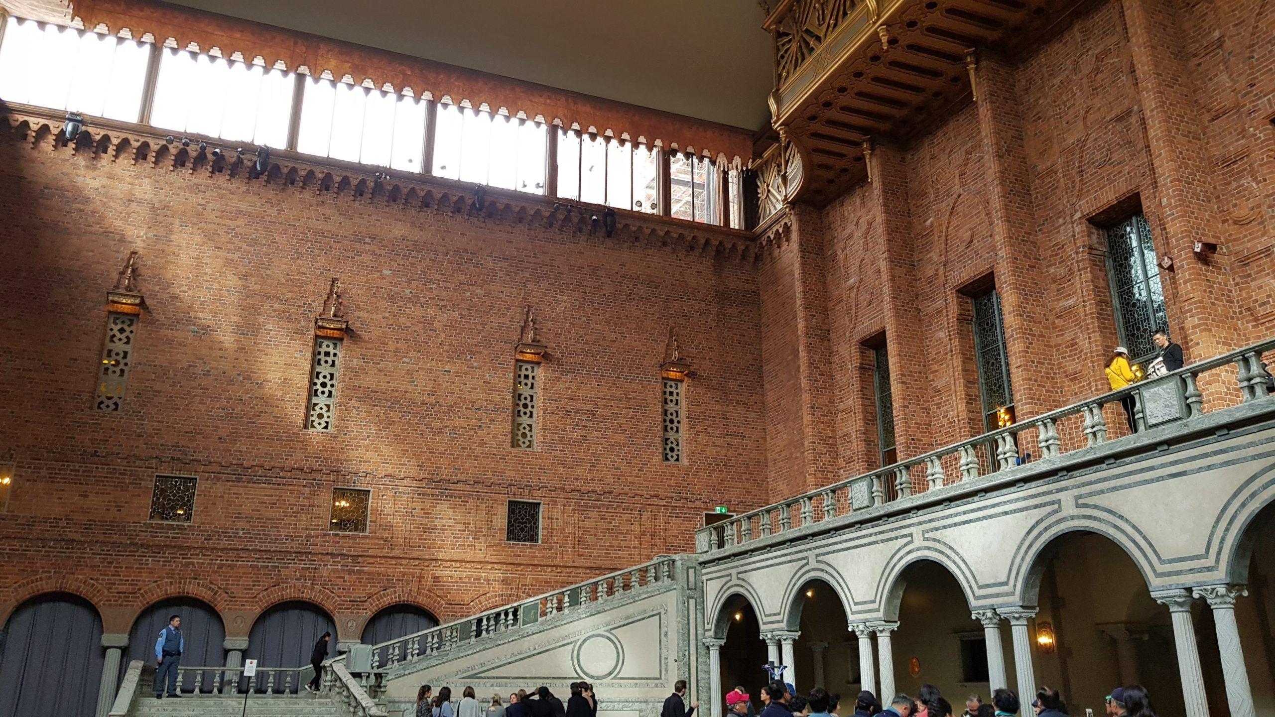 Salón Azul con las escaleras al segundo piso del City Hall.