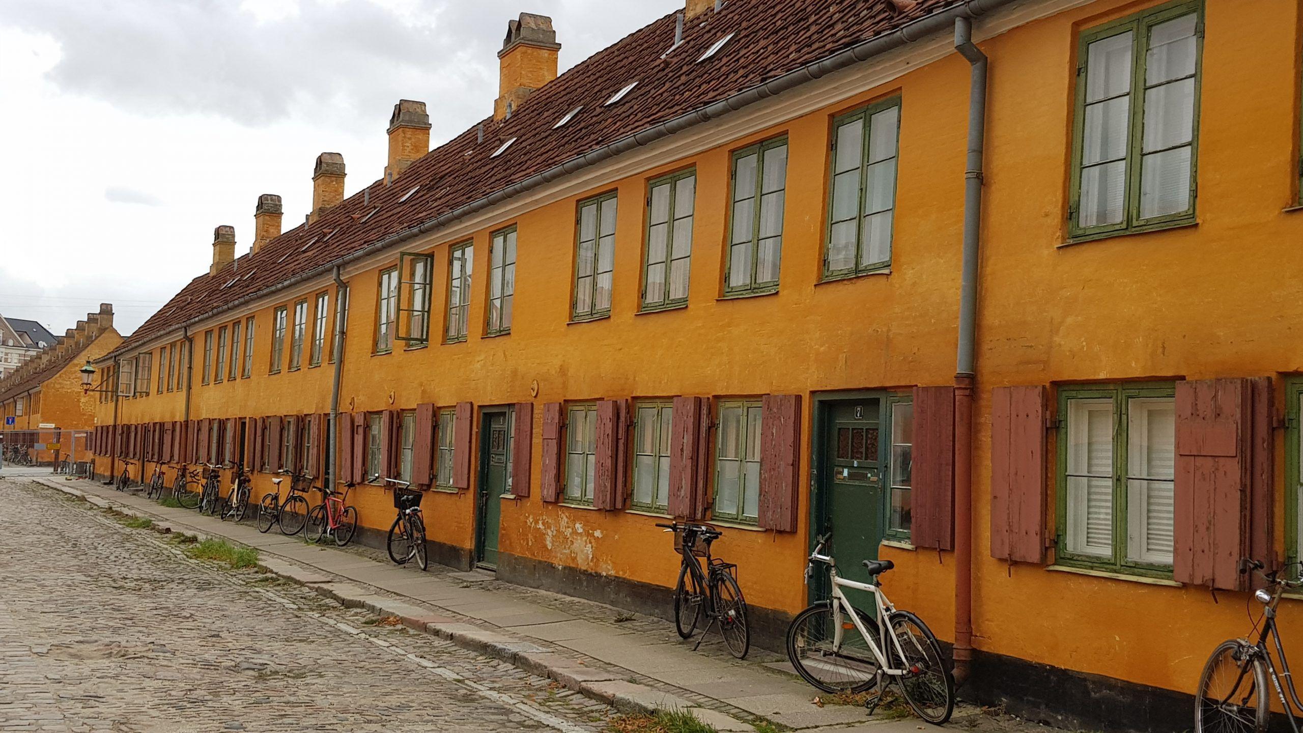 Casas Nyboder con la fachada naranja y todas iguales.