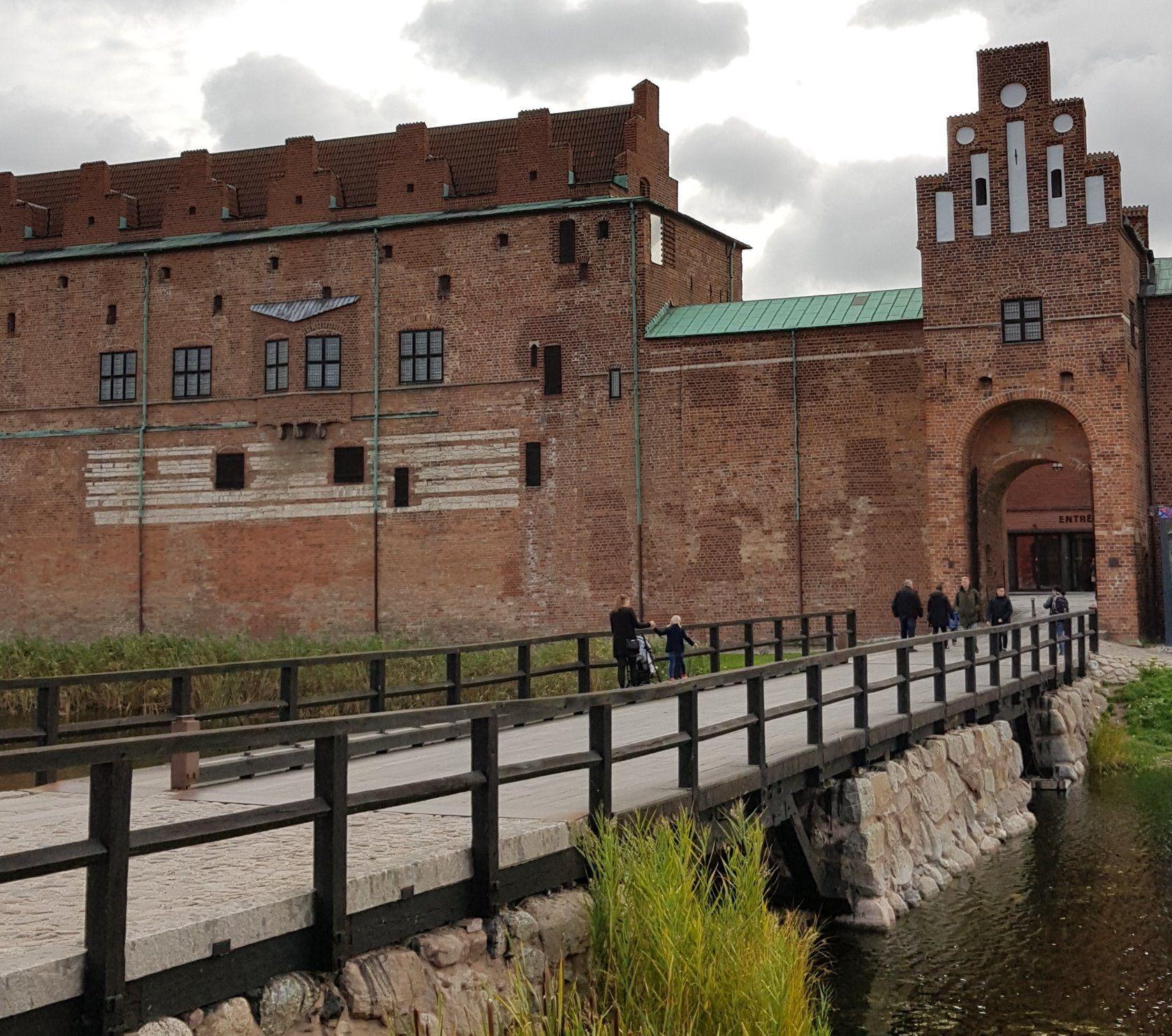 Puente que cruza al castillo de Malmö.