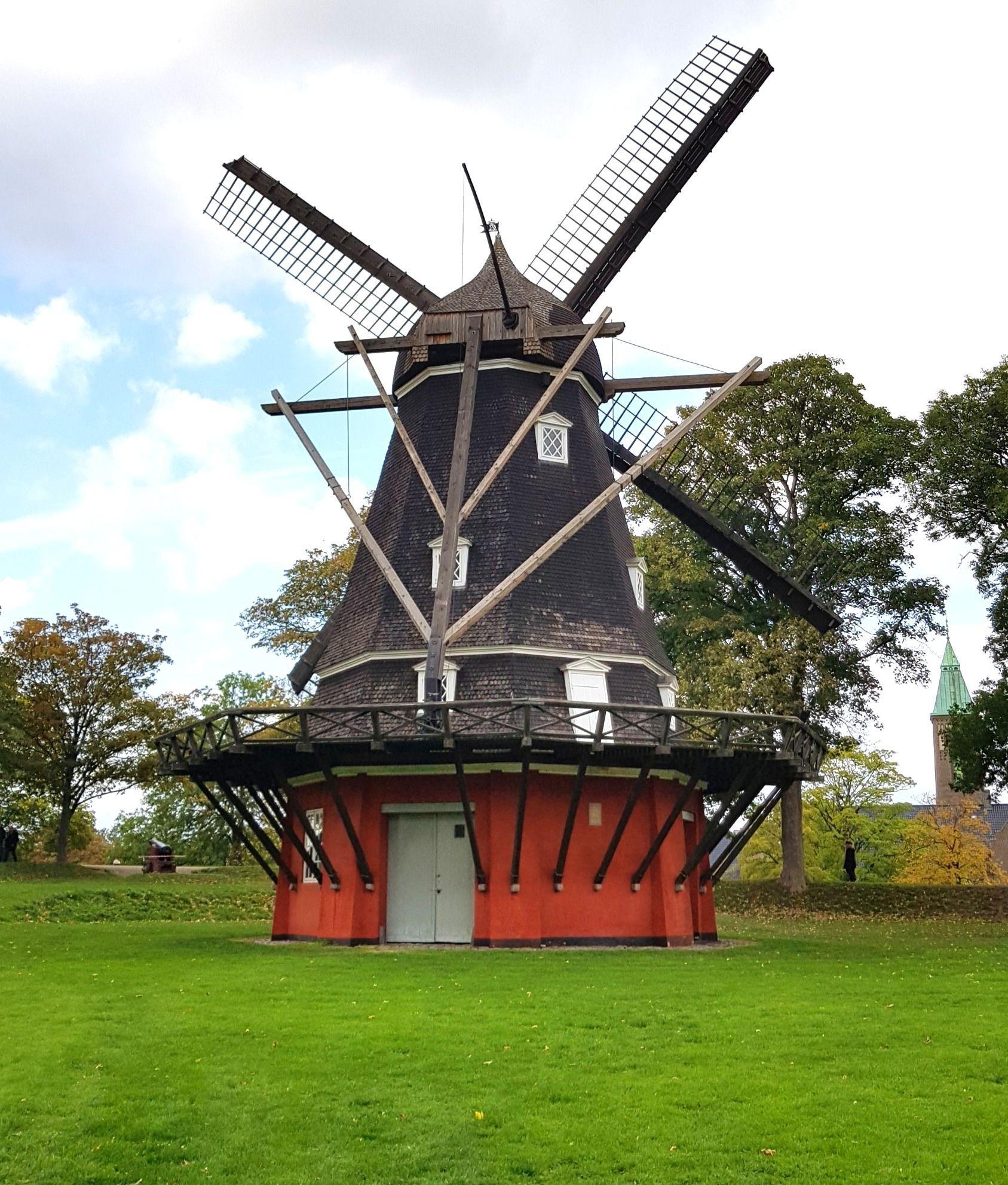 Molino de aspas Kastelsmollen situado en el kastellet de Copenhague.