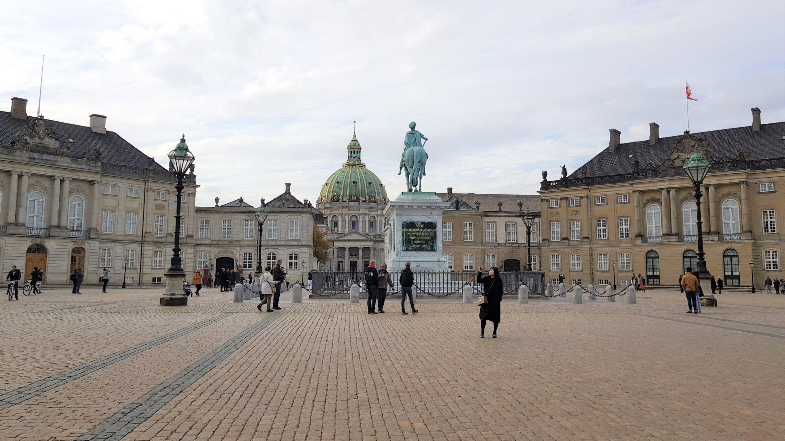 Palacio de Amalienborg en Copenhague con la iglesia de mármol de fondo.