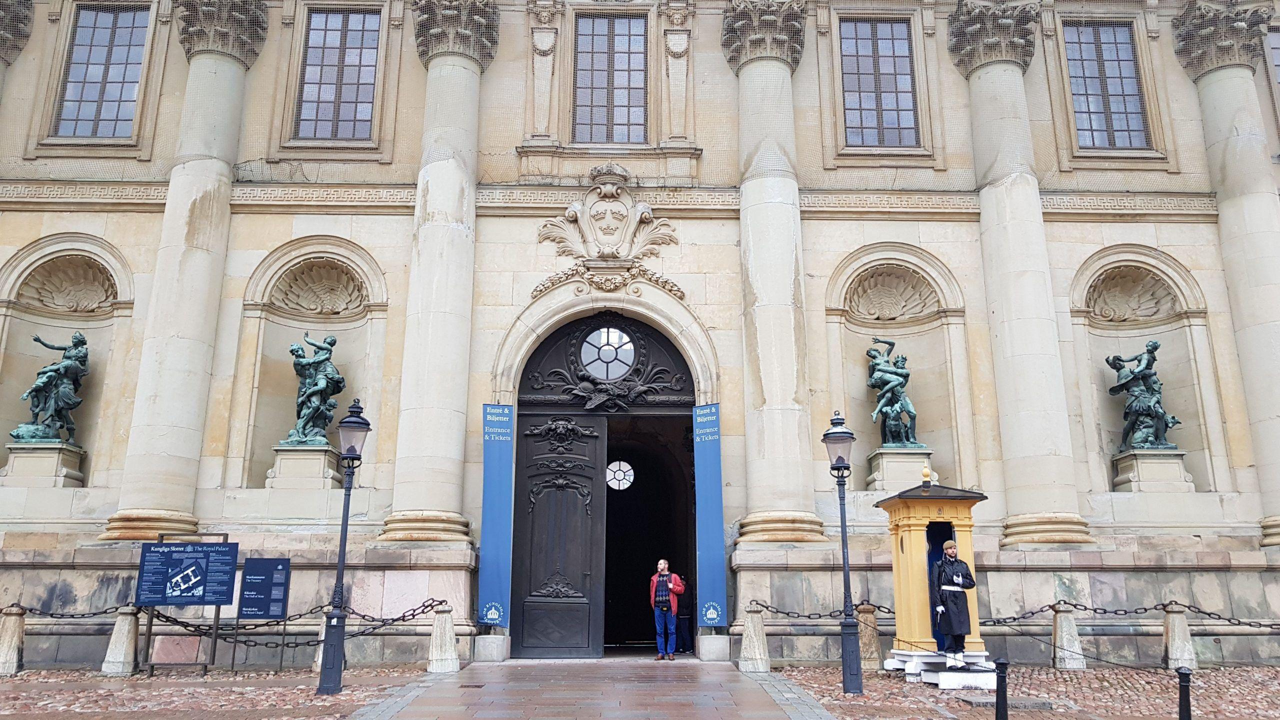 Puerta de entrada al palacio real , con la guardia en la puerta.