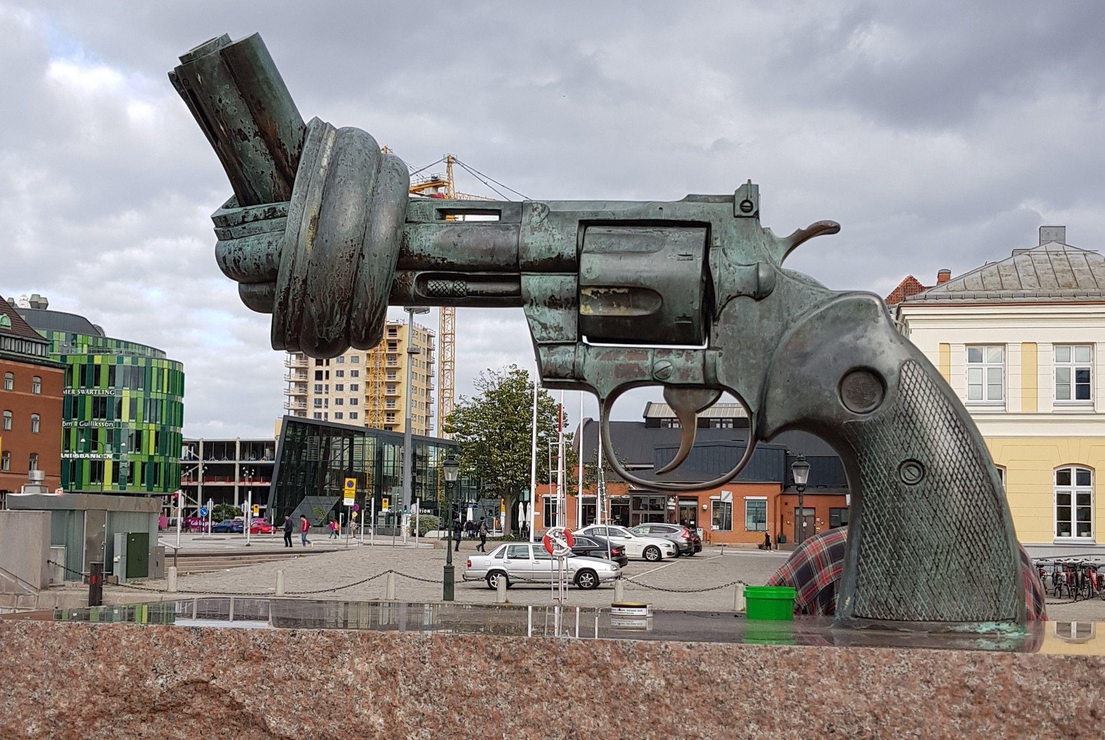 Escultura de pistola con un nudo.