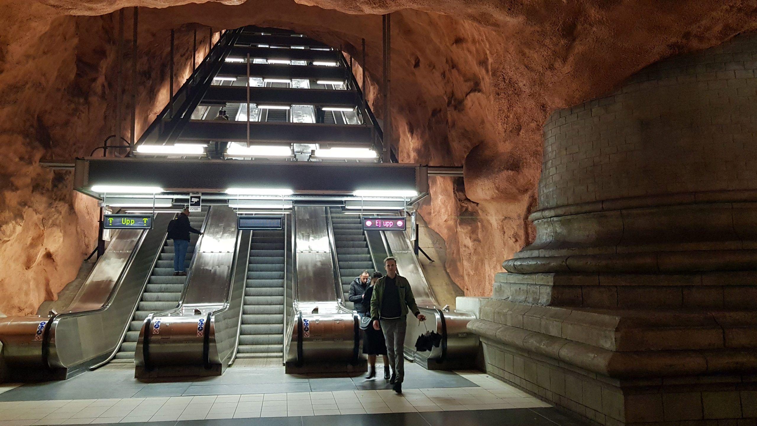 Parada de metro Rådhuset T-station , que es como una cueva con columnas grandes y de color marrón.