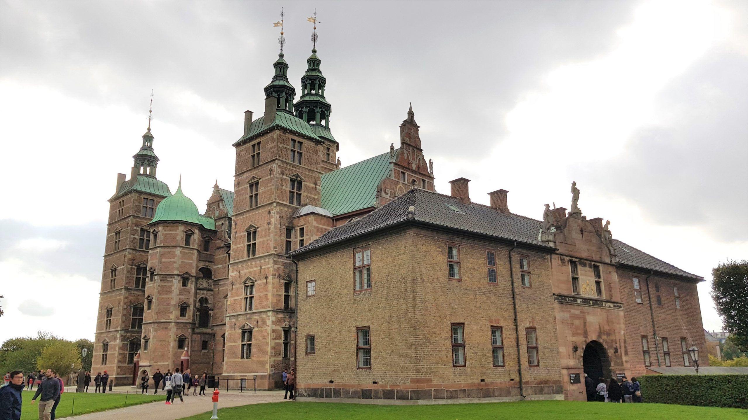 Castillo de Rosenborg rodeado del jardin del rey en Copenhague.
