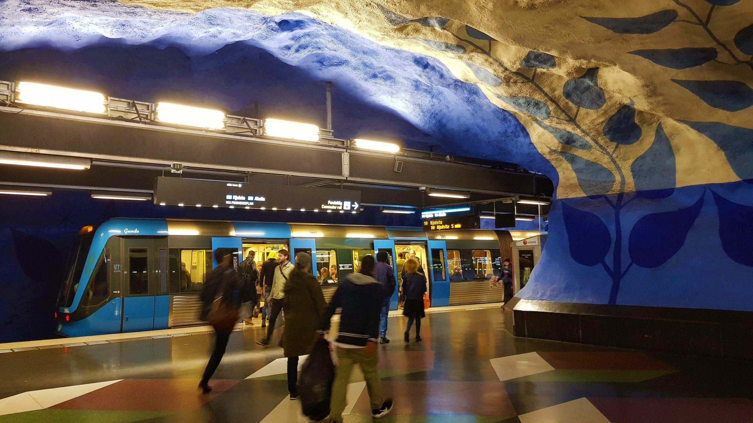 Parada de metro T centralen , que es una cueva con decoración Vikinga donde predomina el azul.