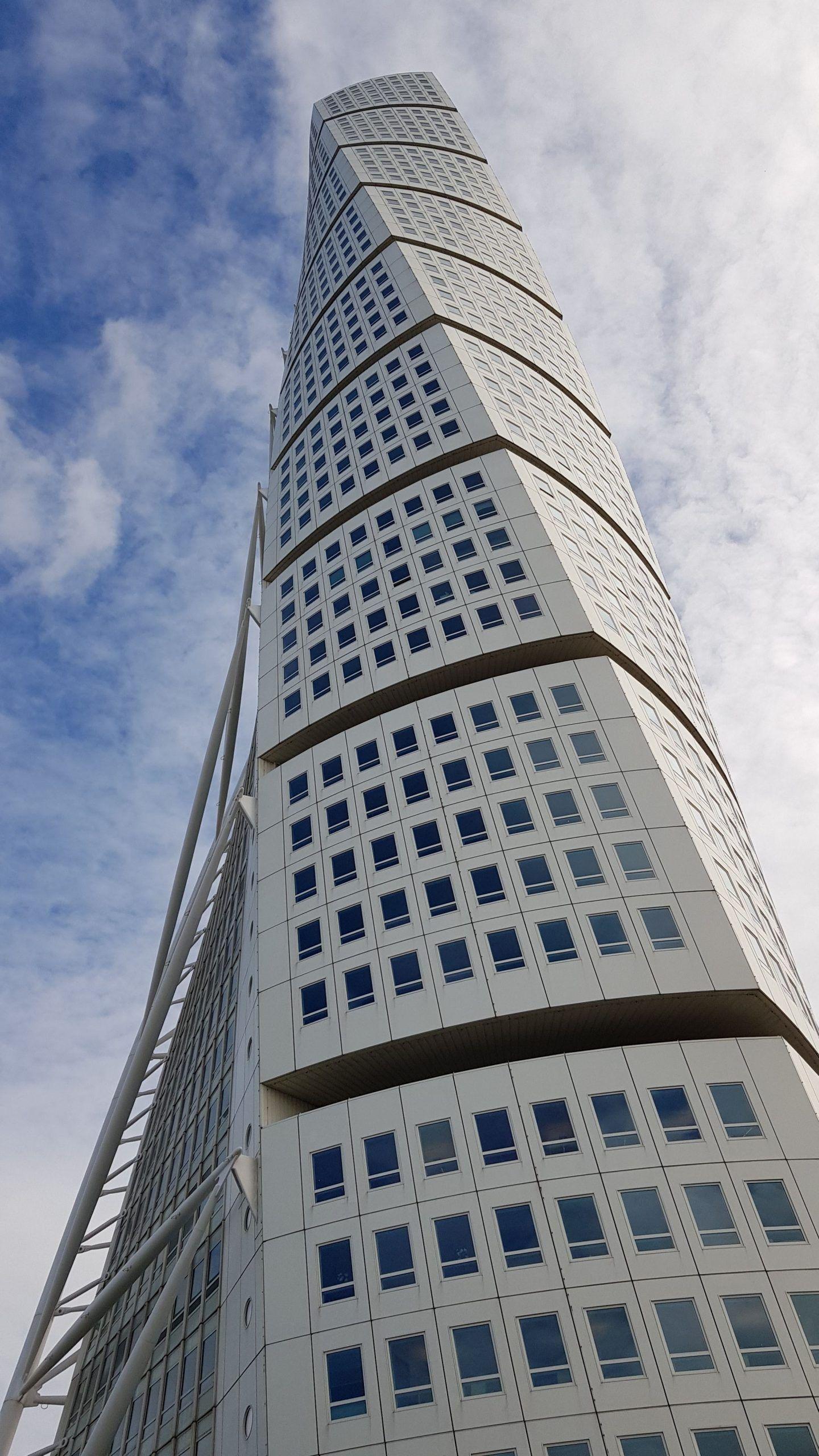 Turning torso, edificio blanco, retorcido, situado en Malmö, Suecia.