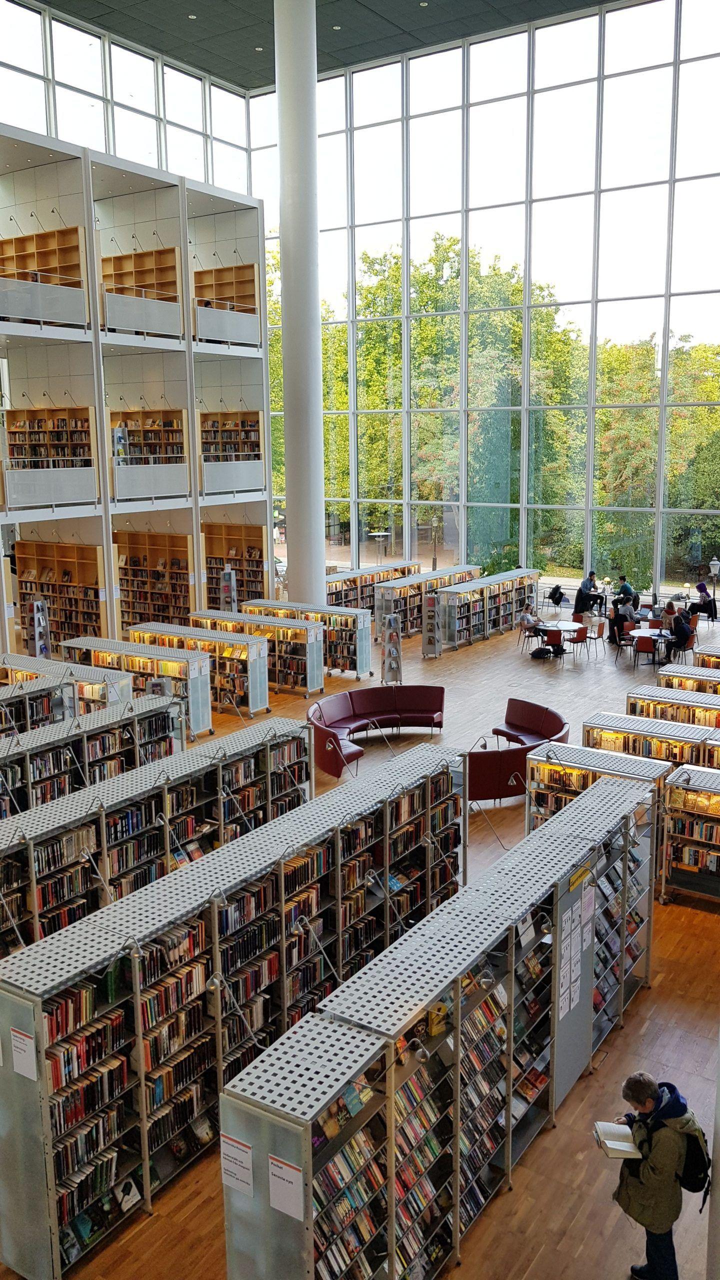 Biblioteca de Malmö con vistas al parque.