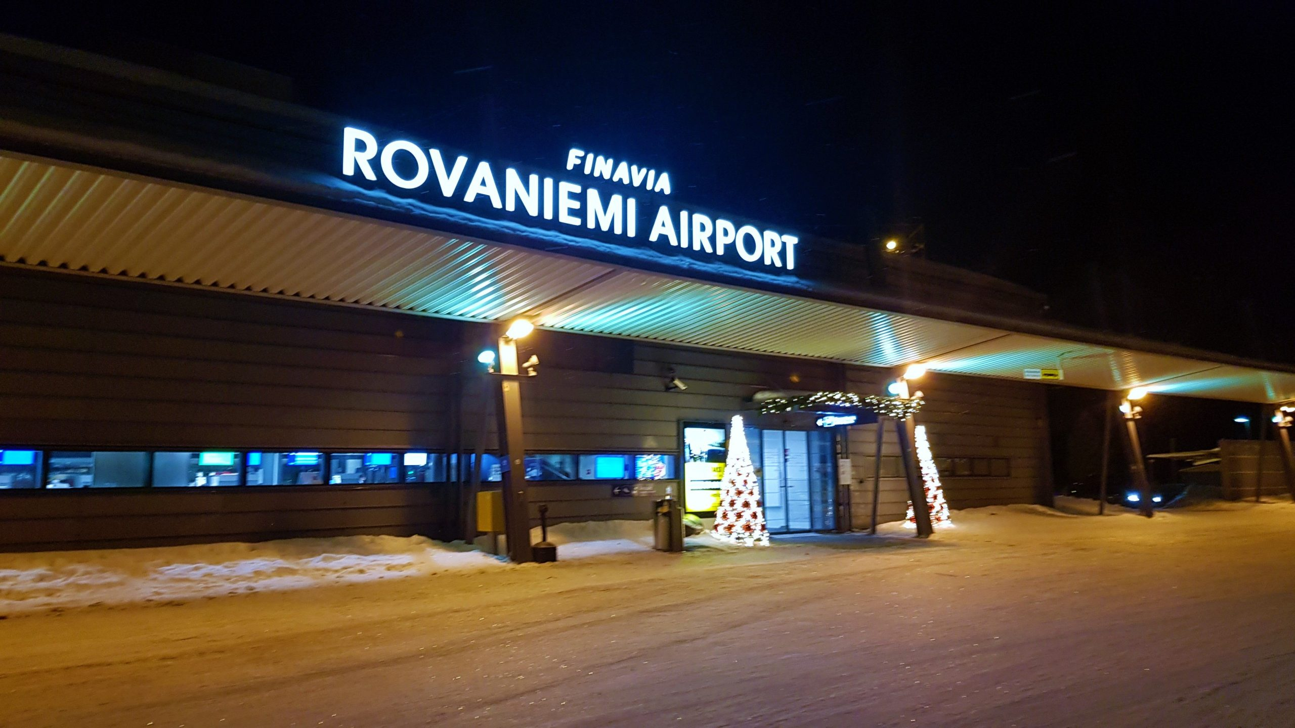 Fachada del aeropuerto de Rovaniemi.