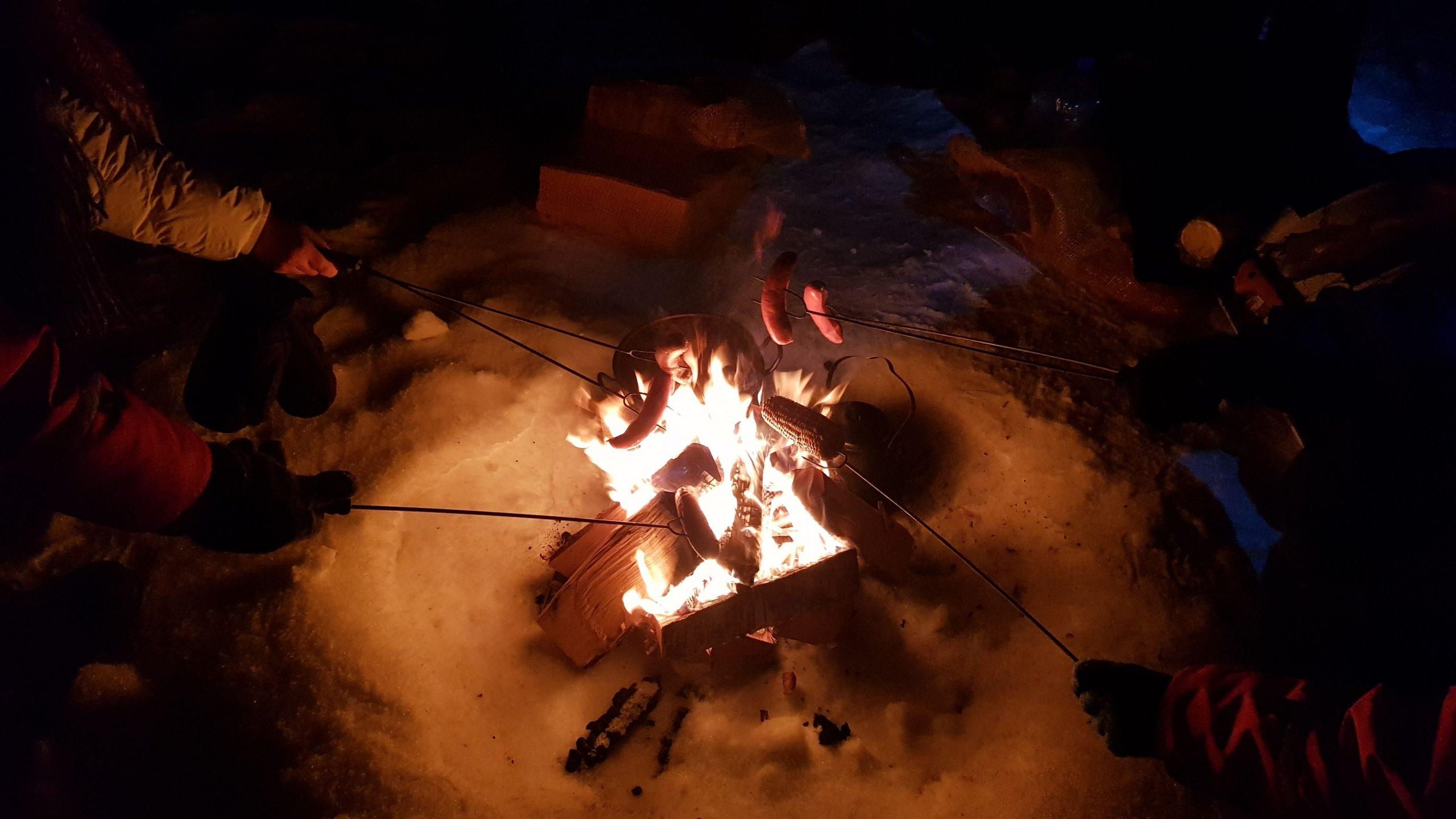 Barbacoa lapona esperando las auroras boreales