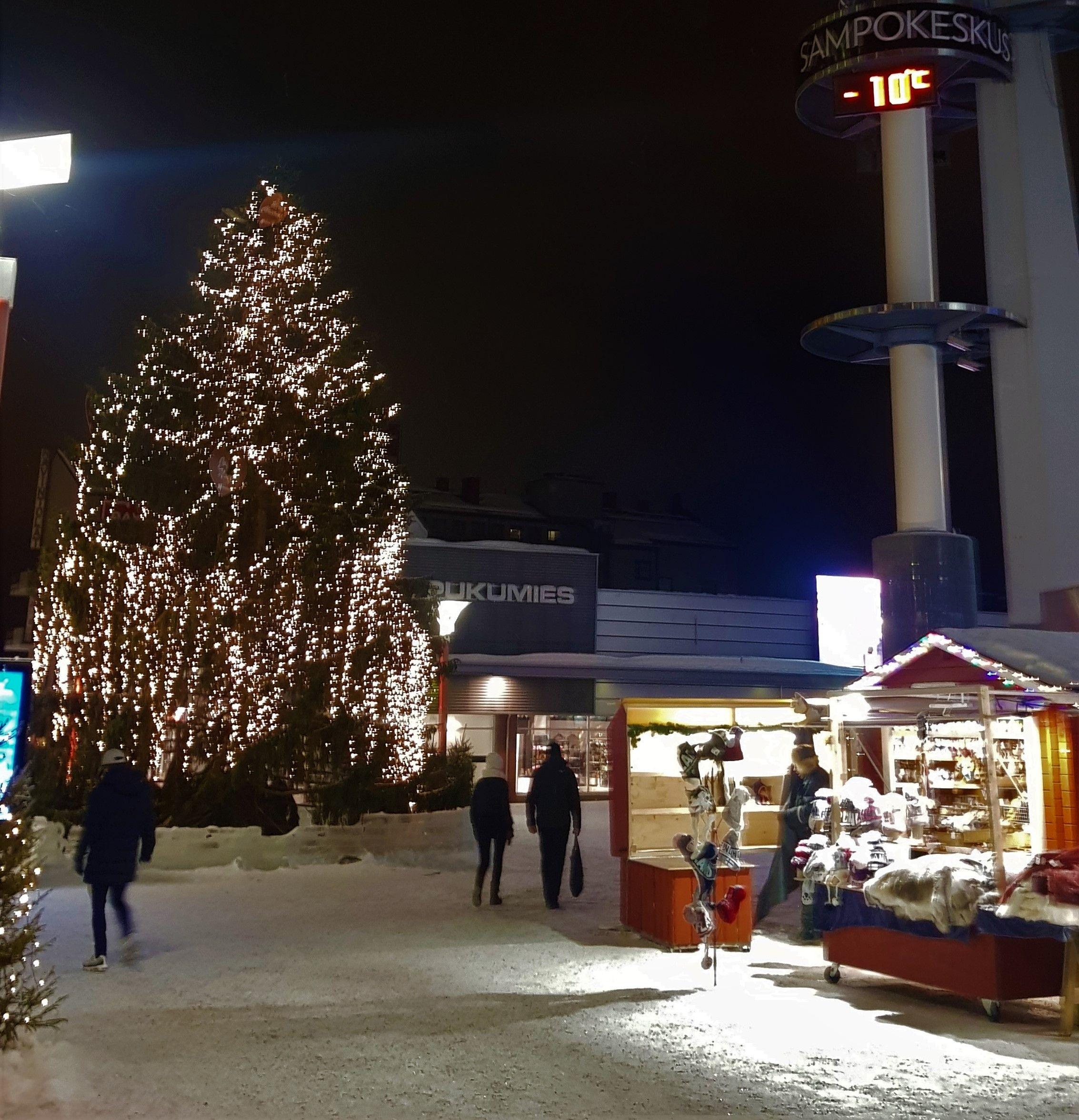 Arbol de navidad en la Plaza Lordi nevada en el centro de Rovaniemi.