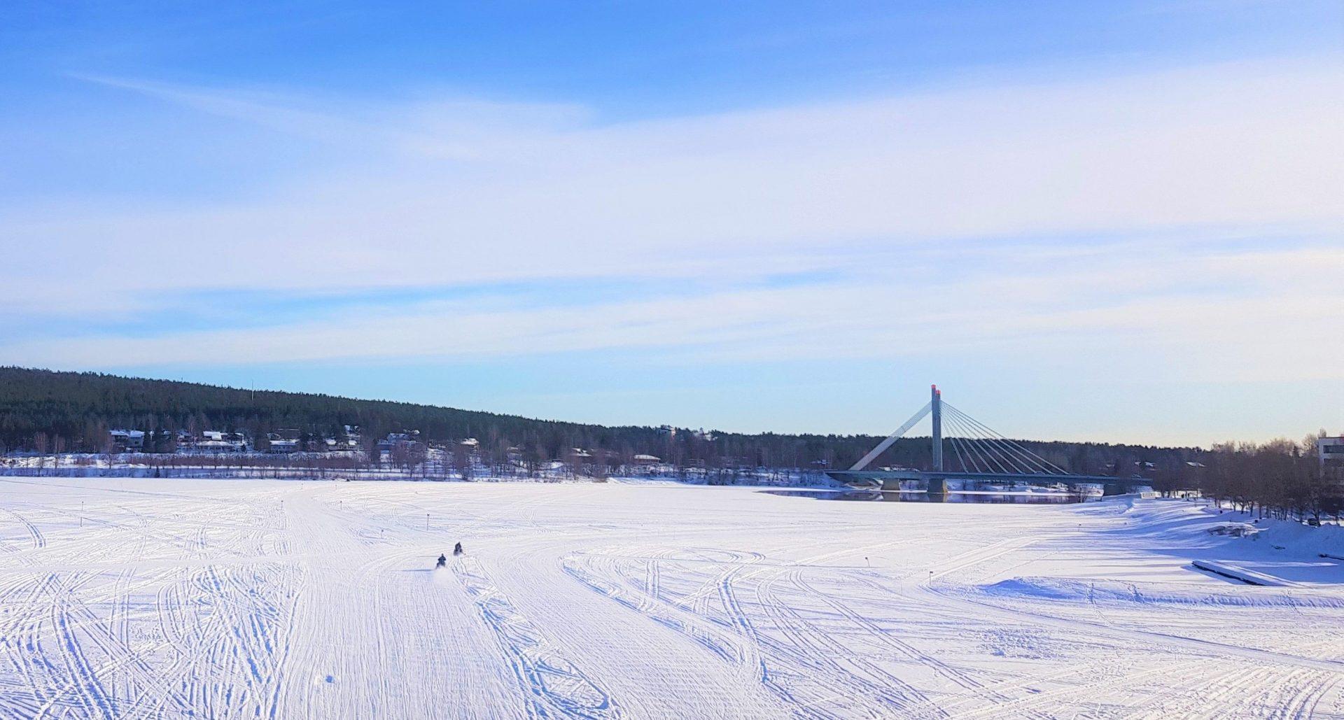 Rio de Rovaniemi completamente congelado.