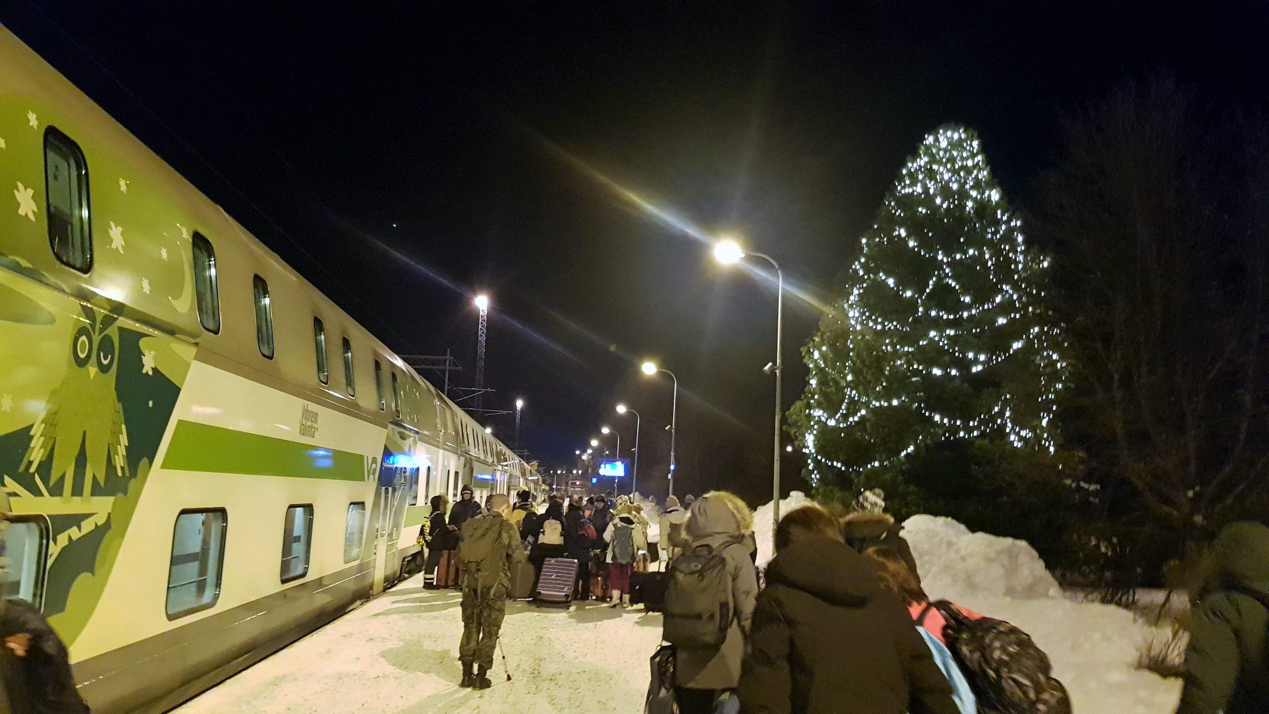 Gente subiendo al tren en la estación de Rovaniemi