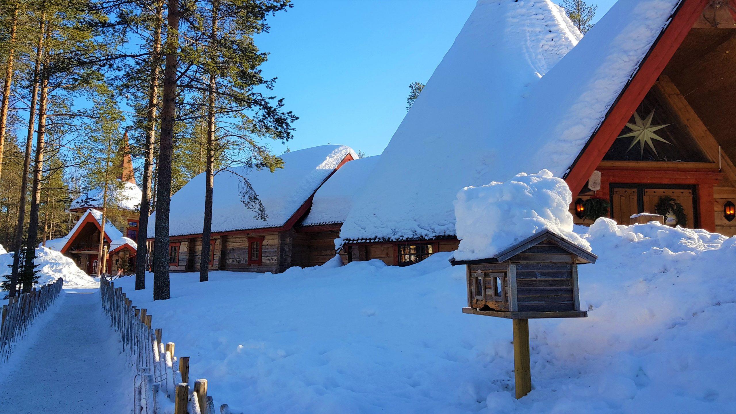 Cabañas nevadas en la Villa de Santa Claus .
