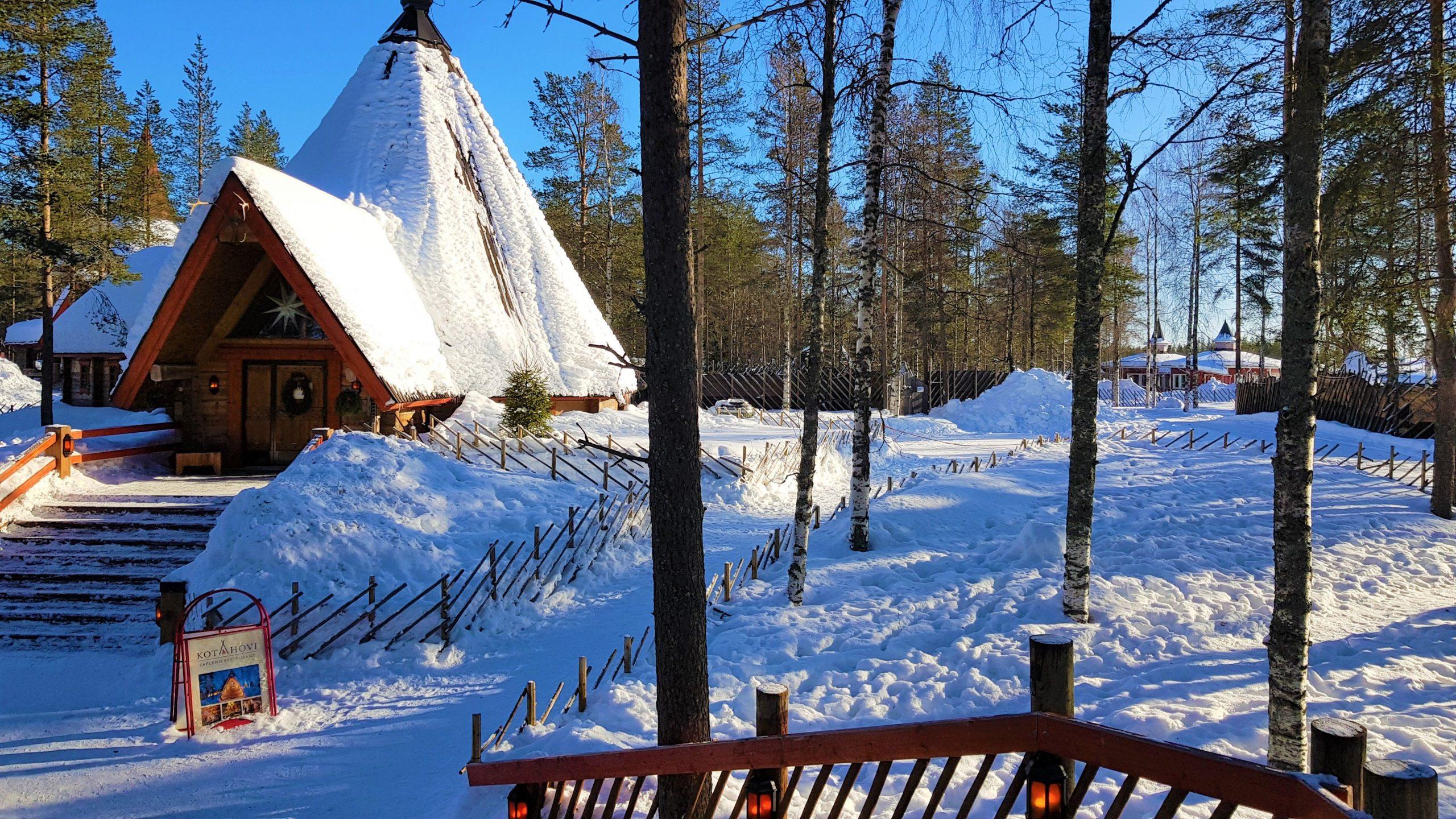 Cabaña nevada en la Villa de Santa Claus en Rovaniemi.