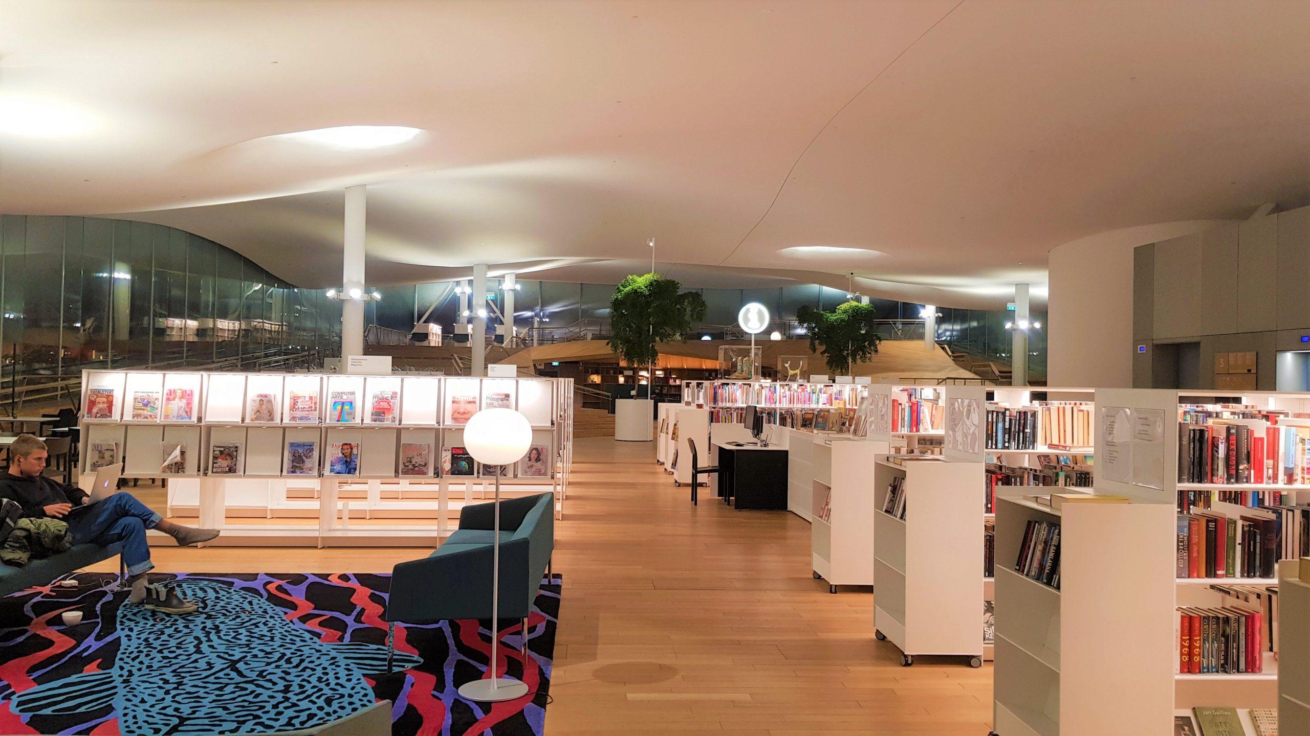 Interior del tercer piso de la biblioteca oodi.