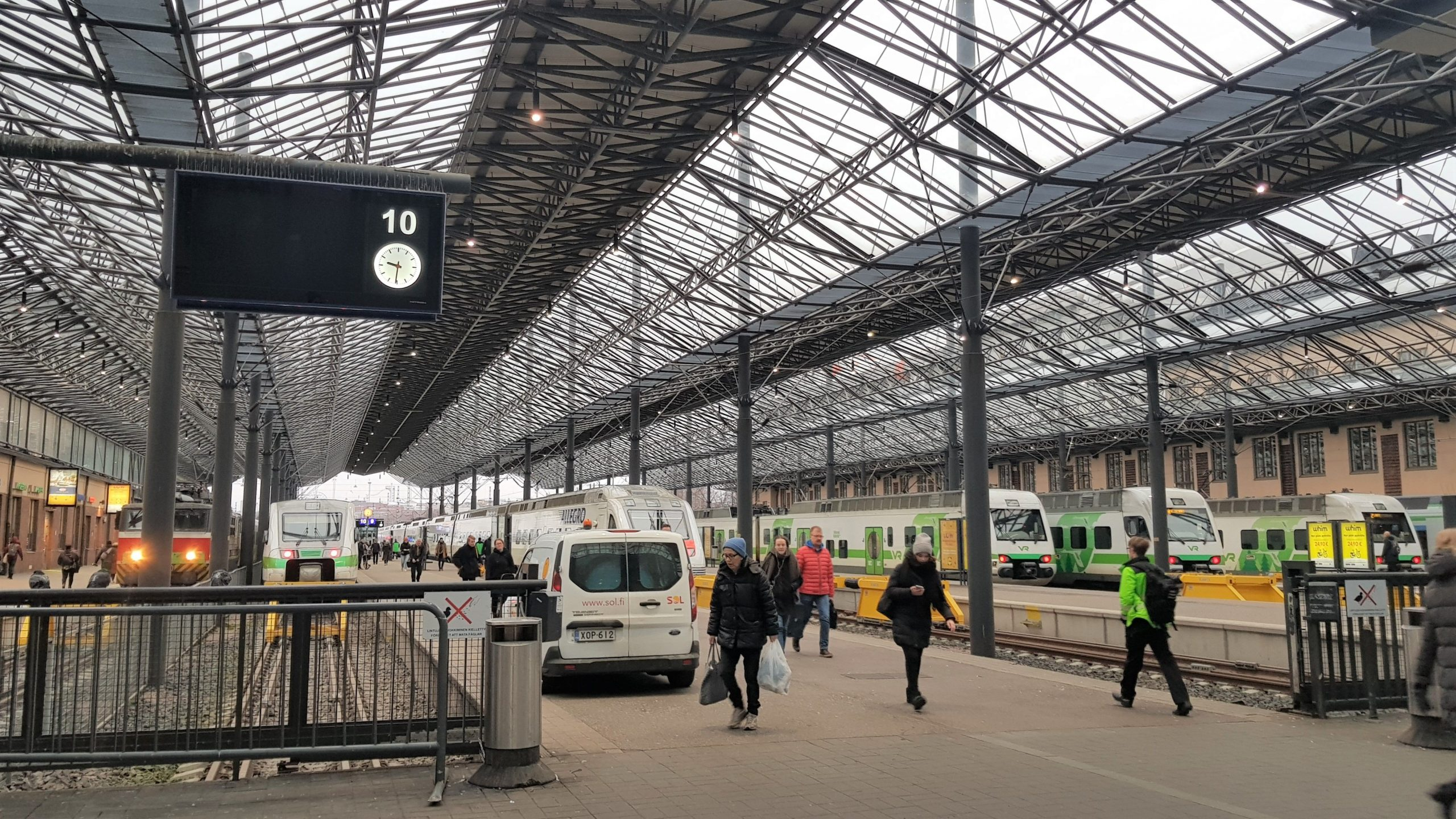 Andenes de la estación de trenes de Helsinki.