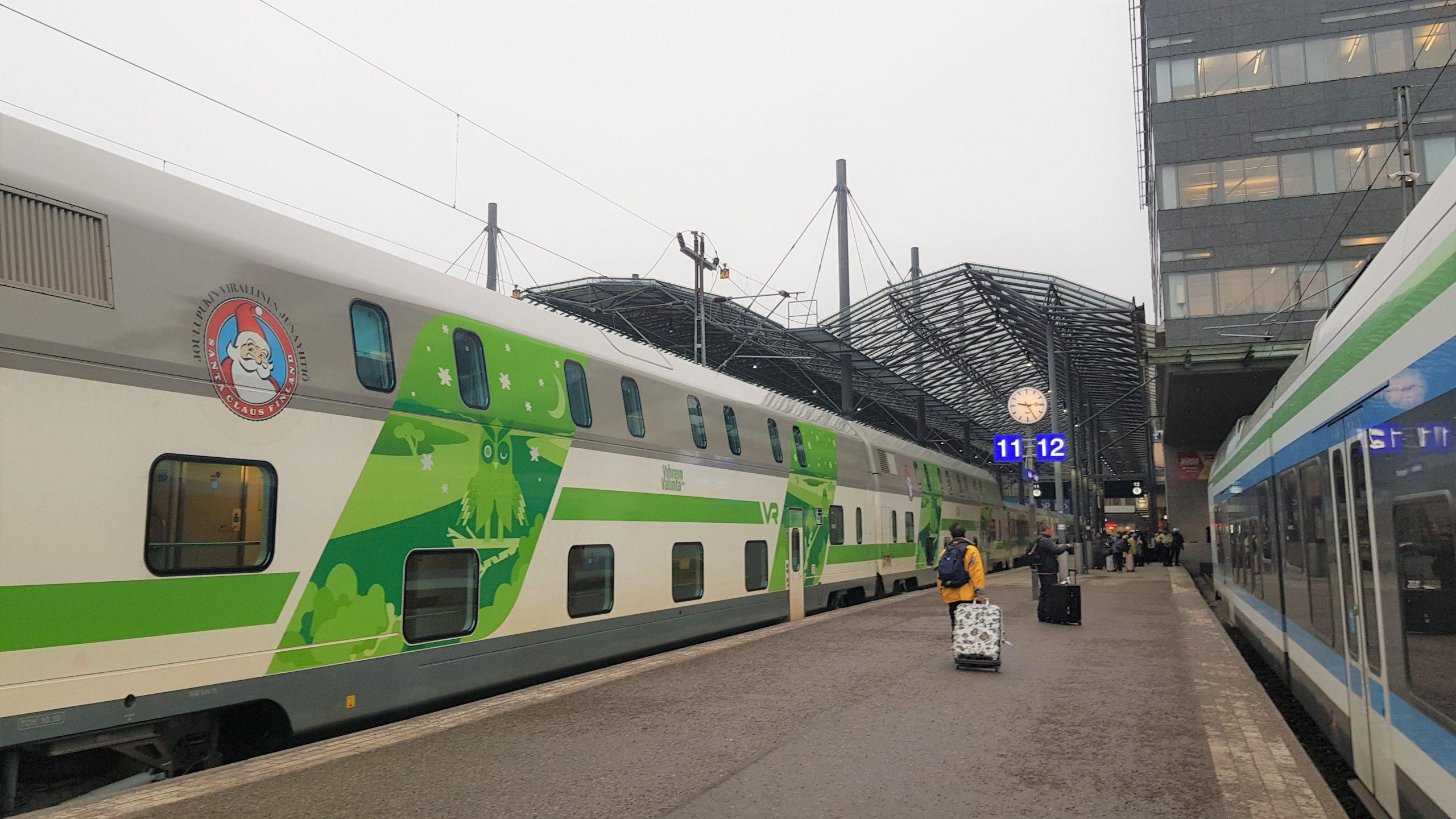 Tren Santa Claus Express en anden de Helsinki.