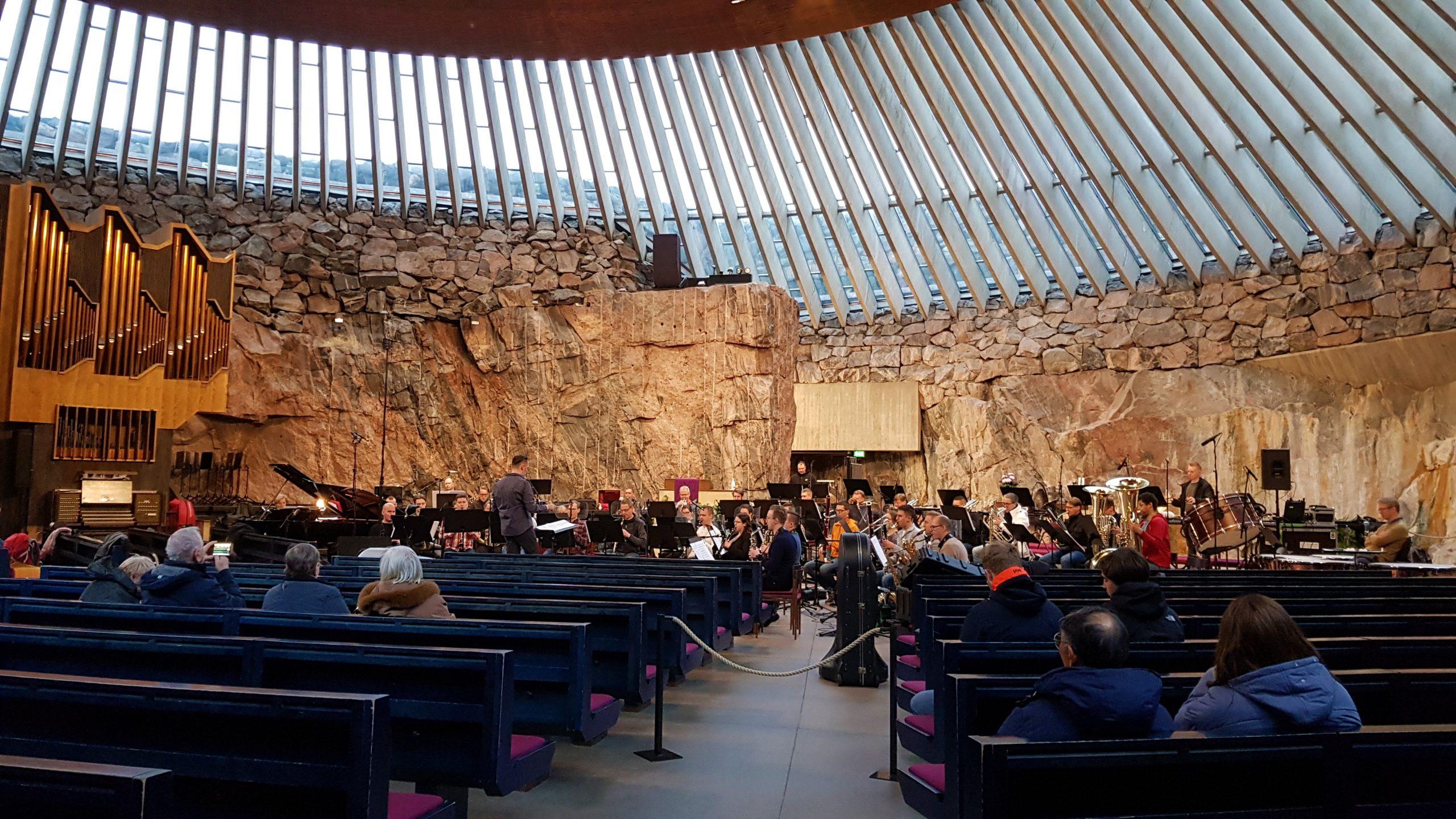 Orquesta dentro de la iglesia de piedra.