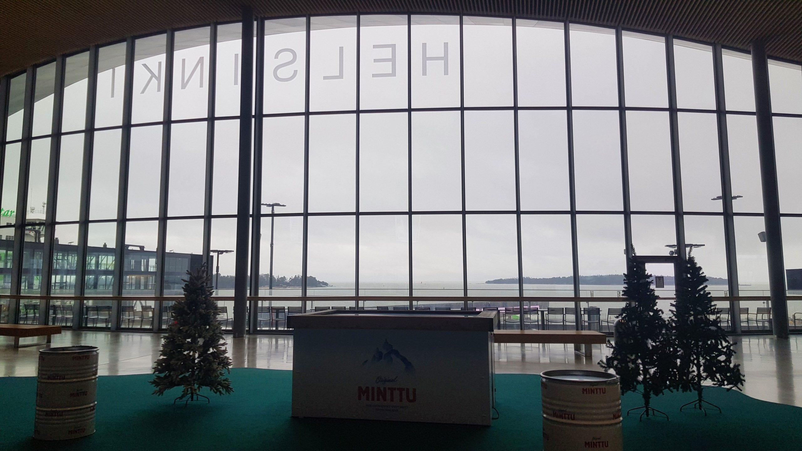 Fachada acristalada de la terminal de ferrys de helsinki.