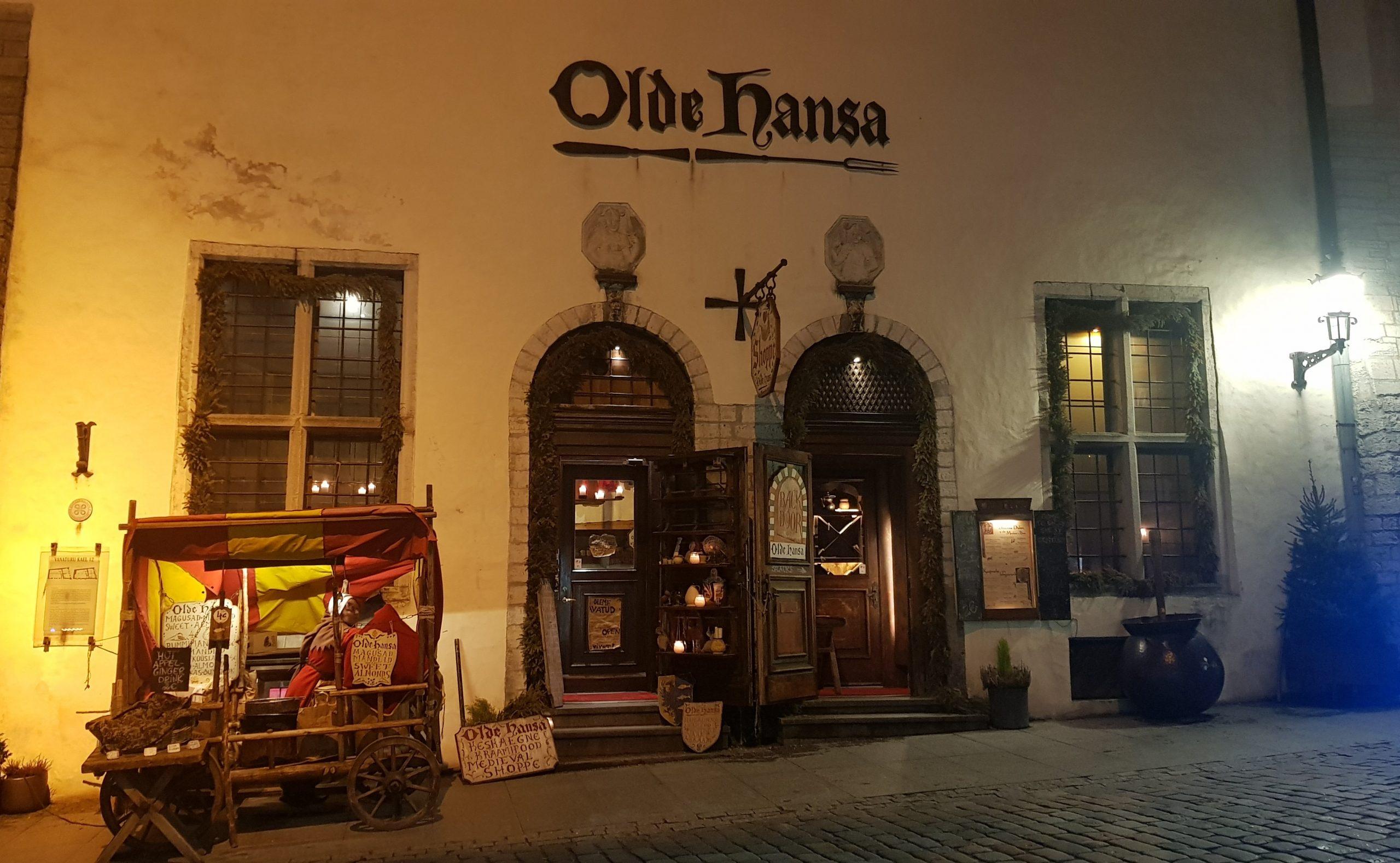 Fachada principal restaurante olde hansa en Tallin.