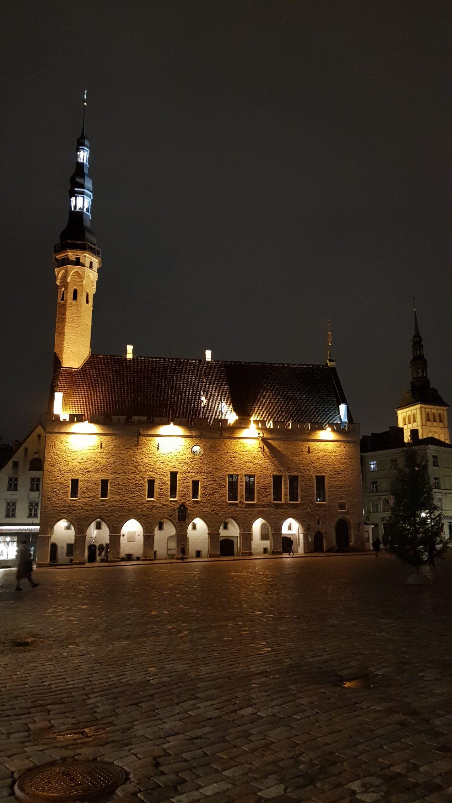 Ayuntamiento de Tallin de noche.