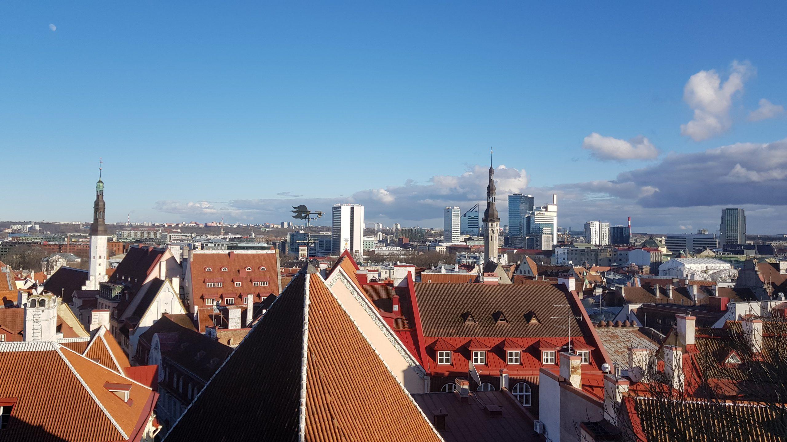 Vistas de la ciudad de Tallin desde el mirador de Kohtuotsa