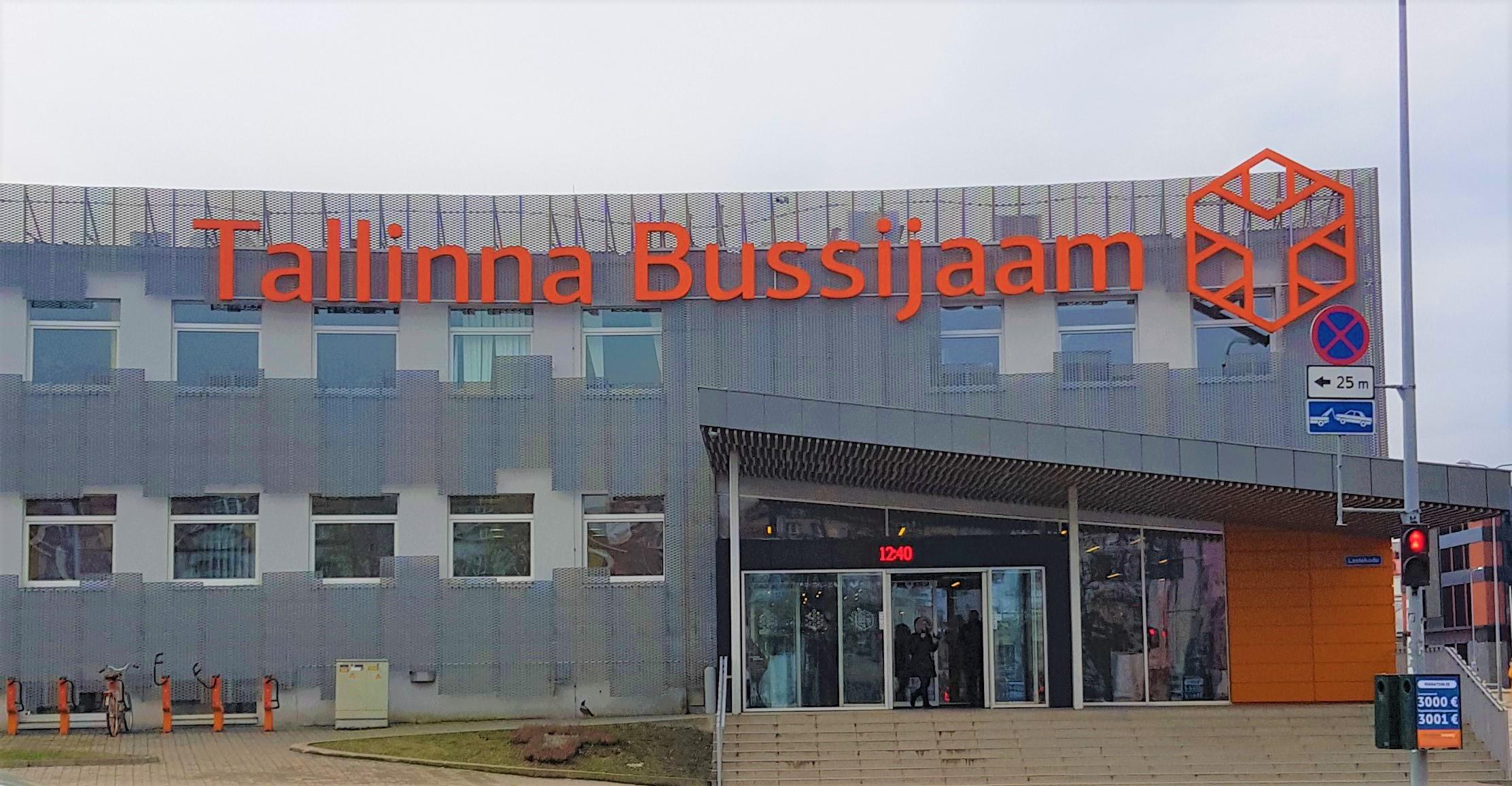 Fachada principal de la estación de autobuses de Tallin