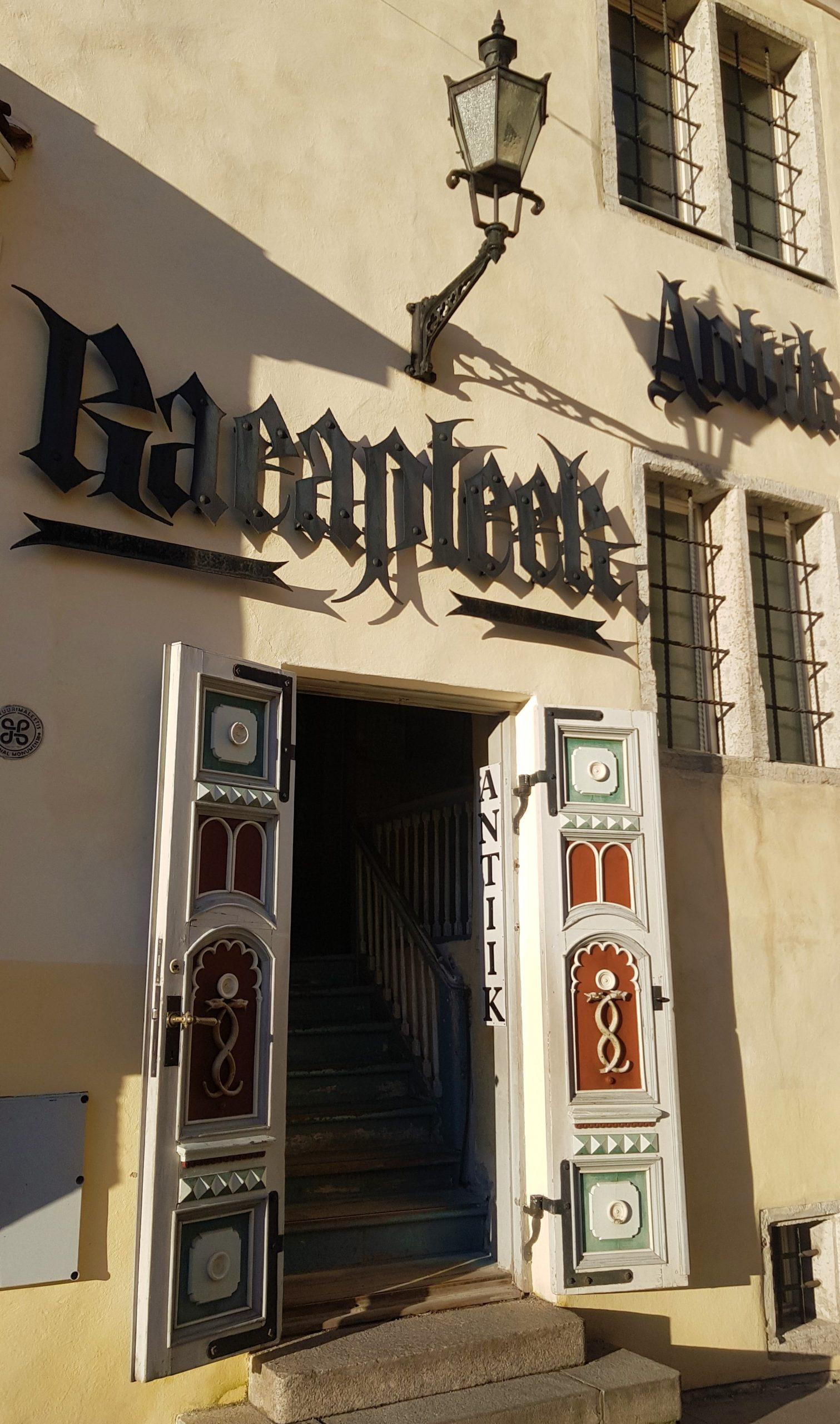 Fachada de la farmacia mas antigua de Europa en Tallin.