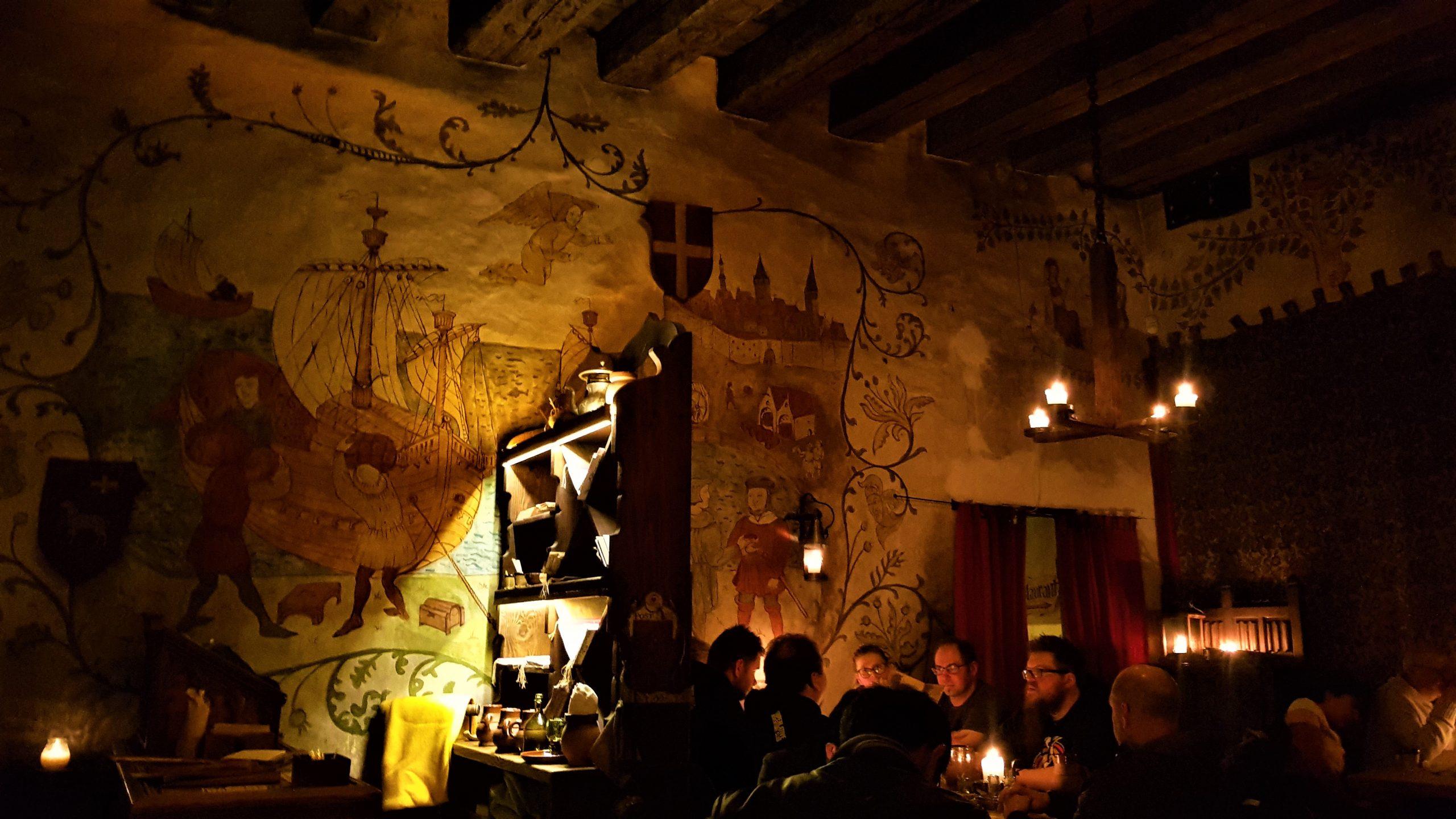 Interior del olde hansa con las gente cenando en las mesas.