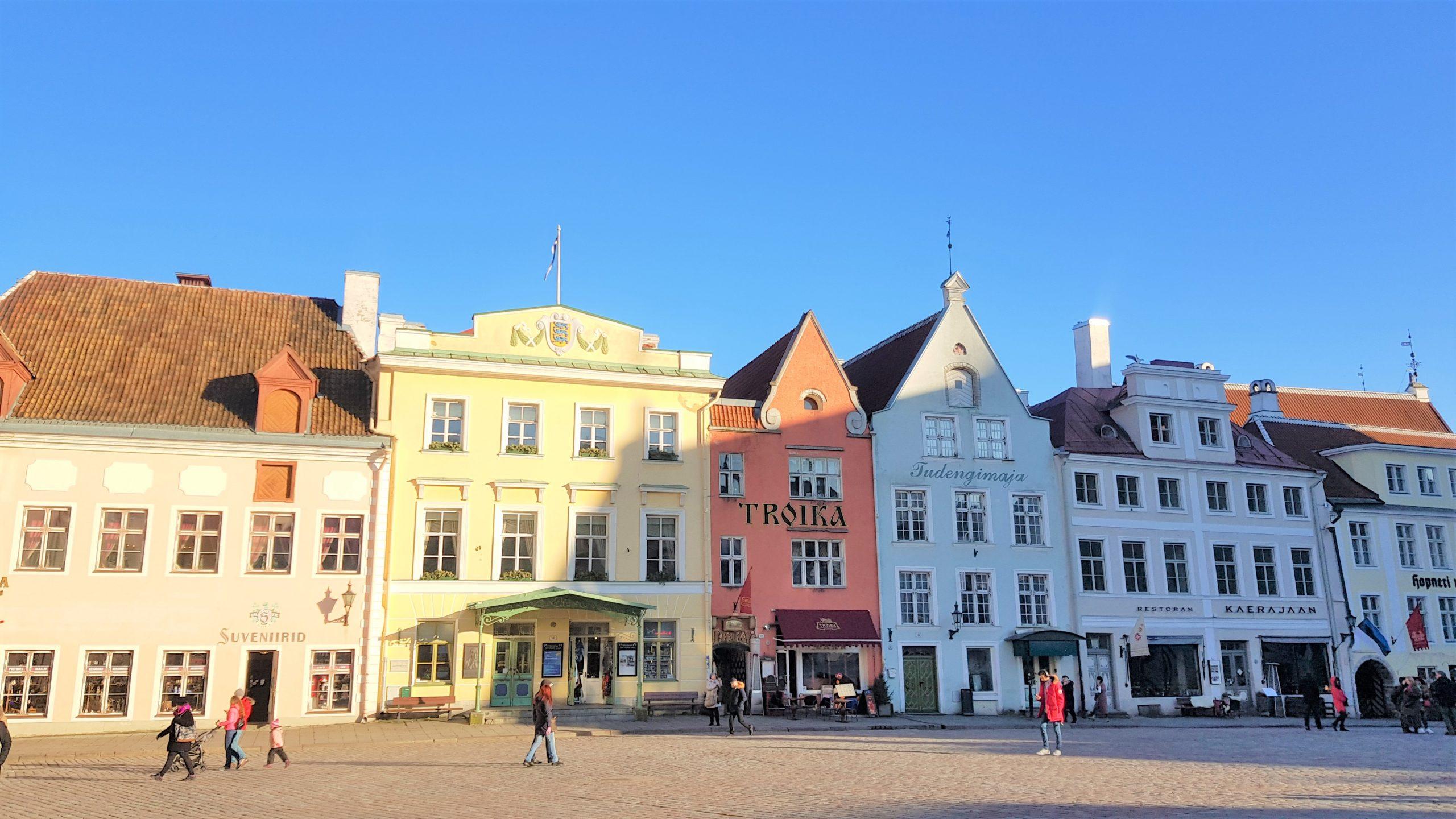 casas de la plaza del ayuntamiento de Tallin.