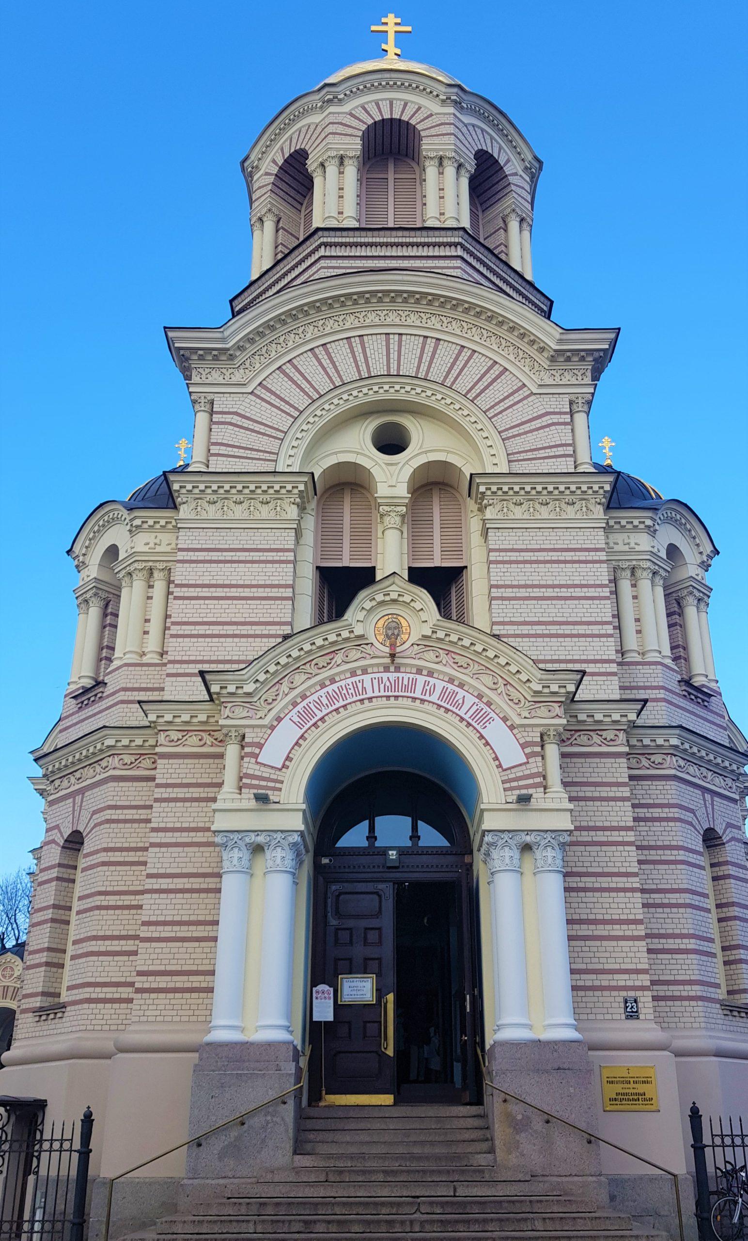 Fachada principal de la catedral de la Natividad en Riga.