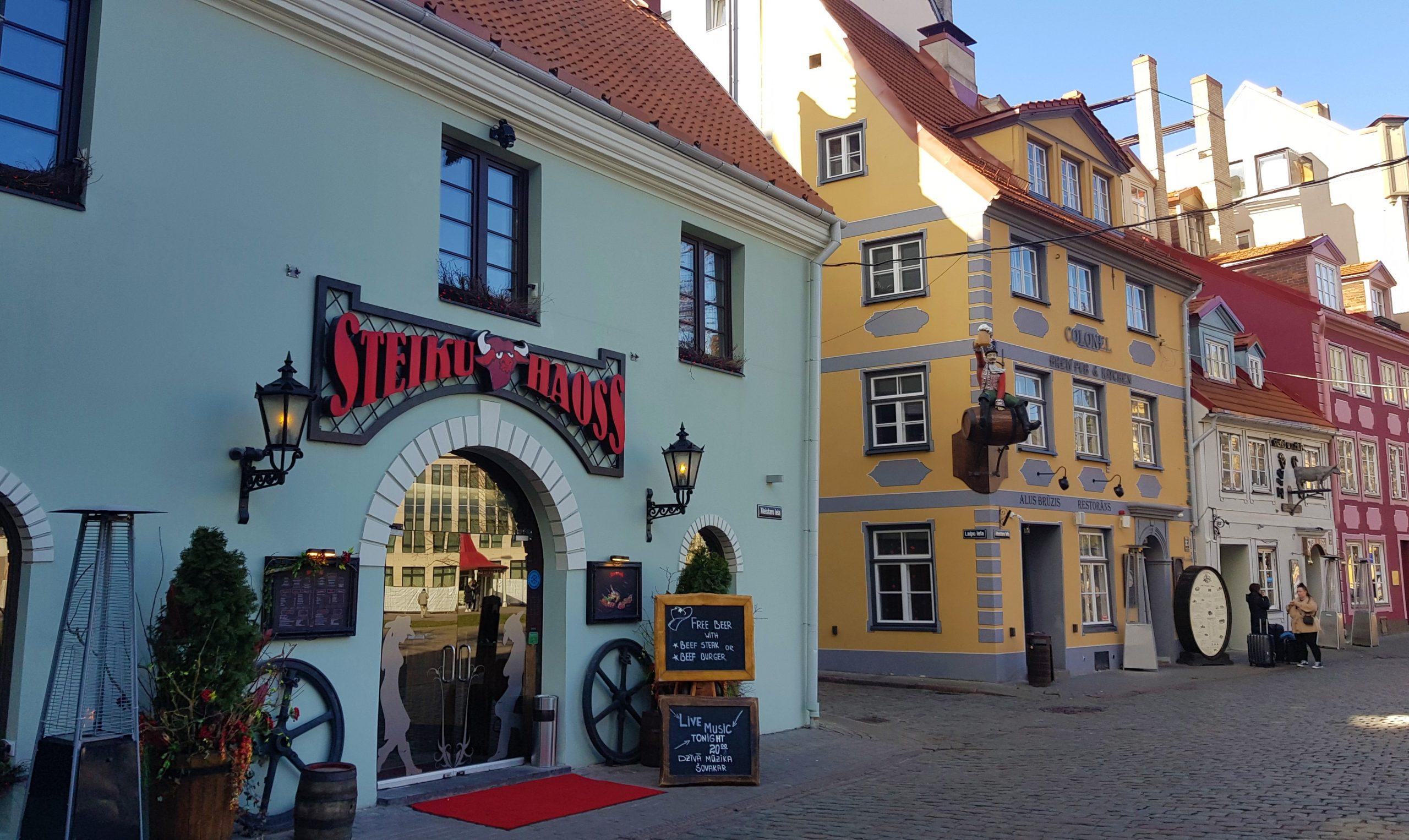 Casas de colores en la plaza Livu de Riga.