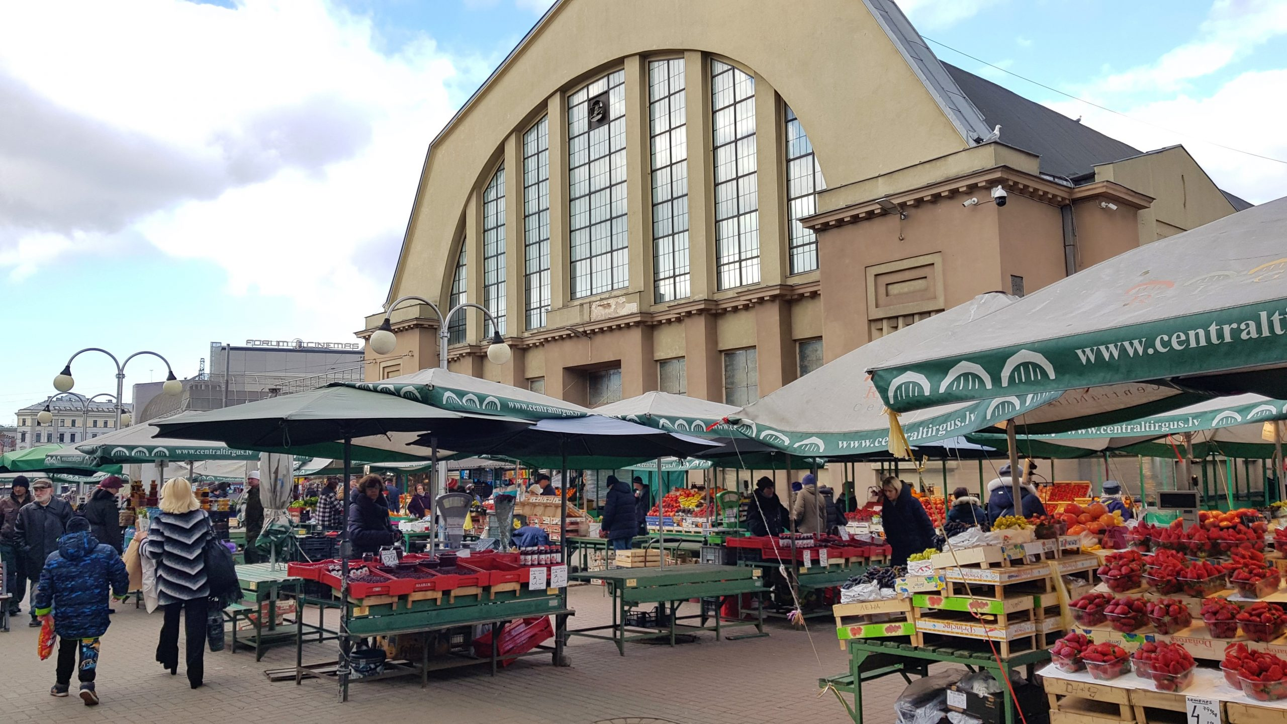 Fachada del mercado central de Riga con los puestos en el exterior
