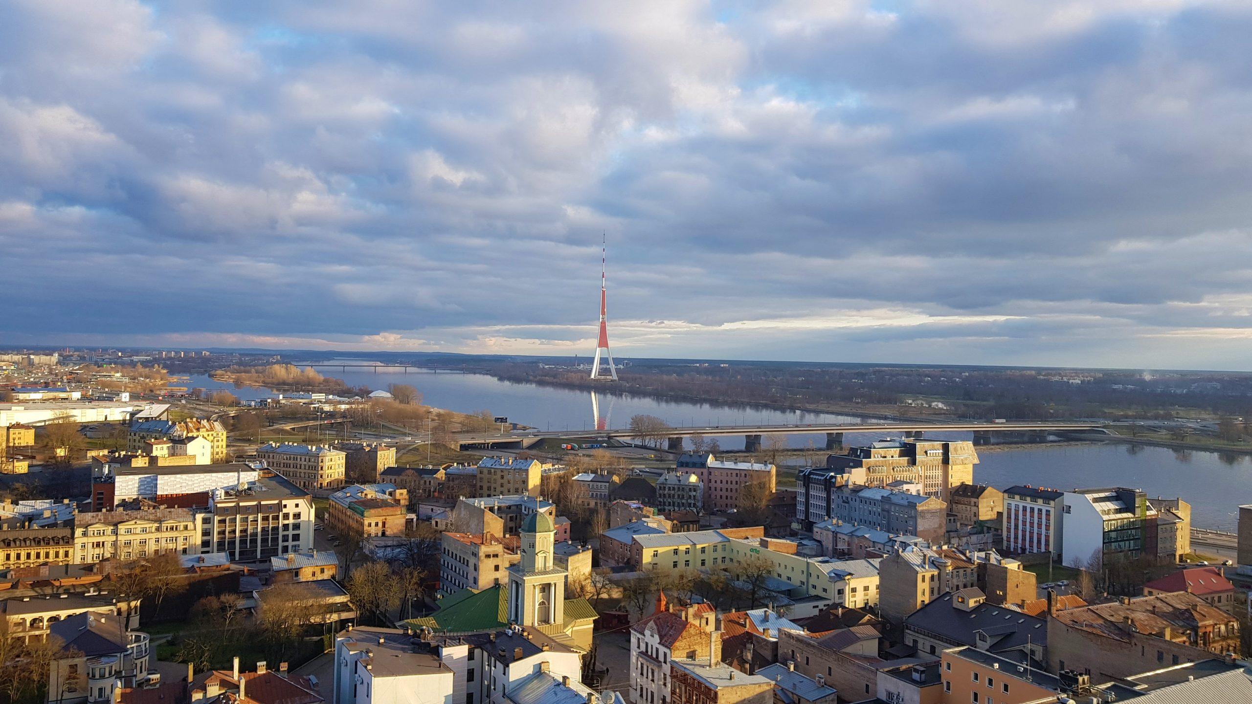 Torre de televisión de Riga desde la academia de las ciencias de Letonia