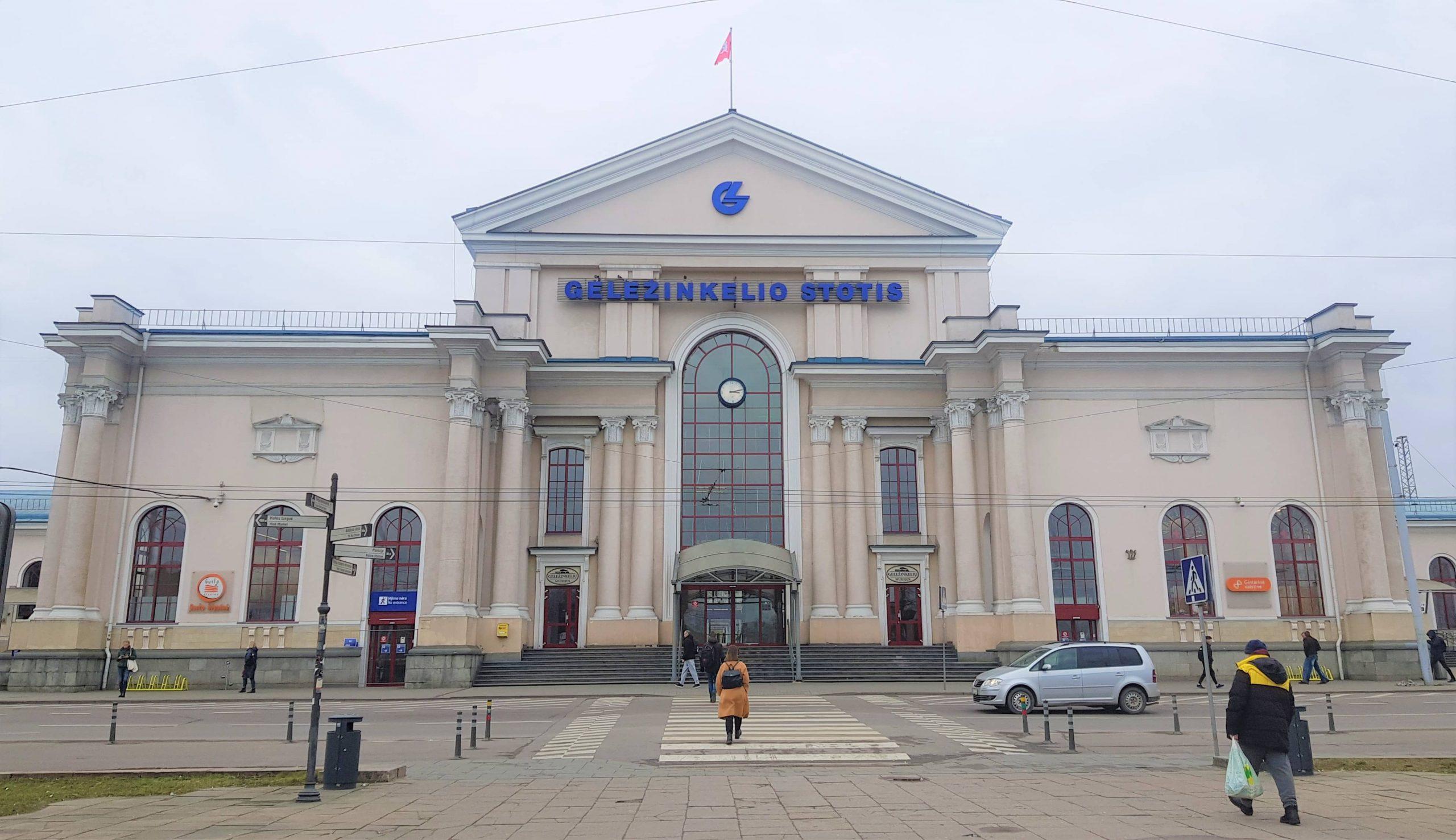 Fachada principal de la estacion de trenes de Vilna