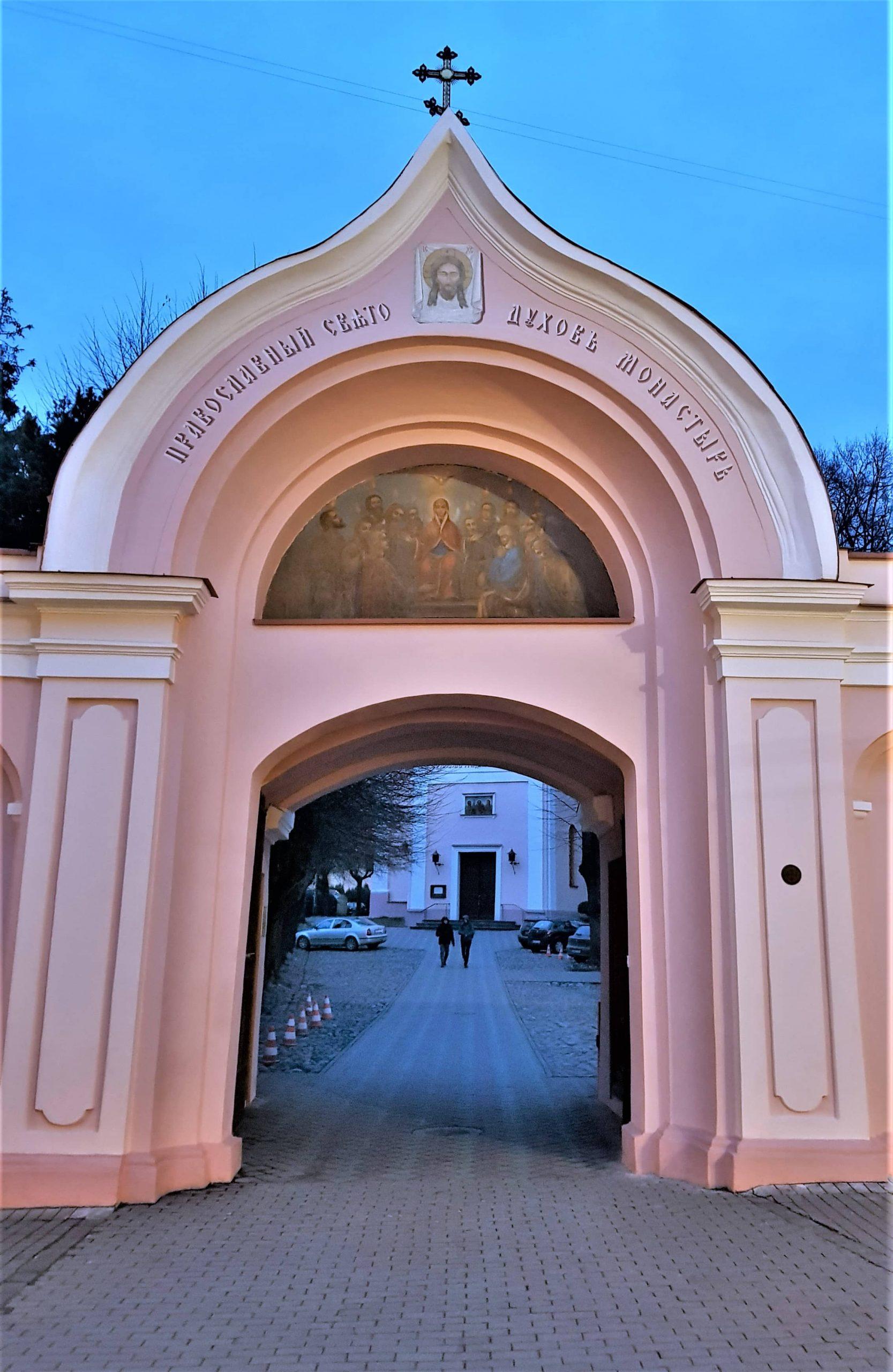 Puerta de entrada a la iglesia rusio ortodoxa del espiritu santo