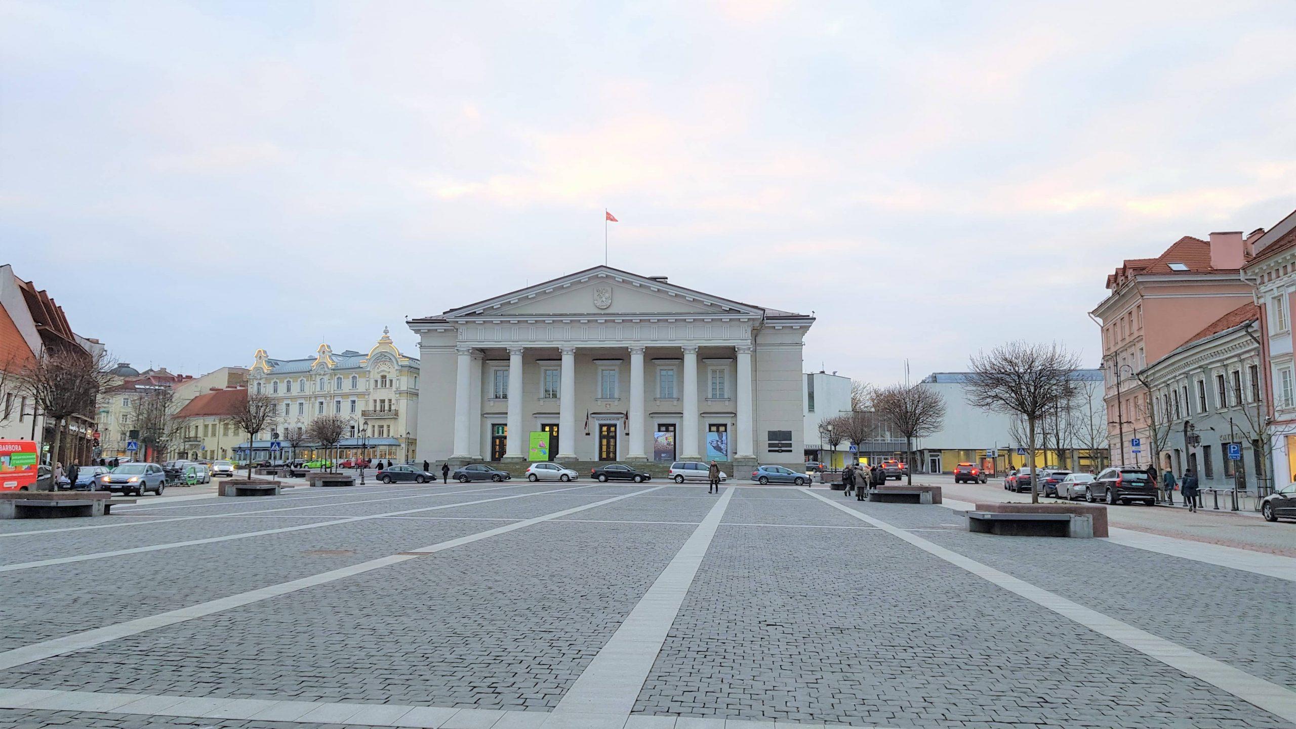Plaza del Ayuntamiento de Vilna con el antiguo ayuntamiento al fondo