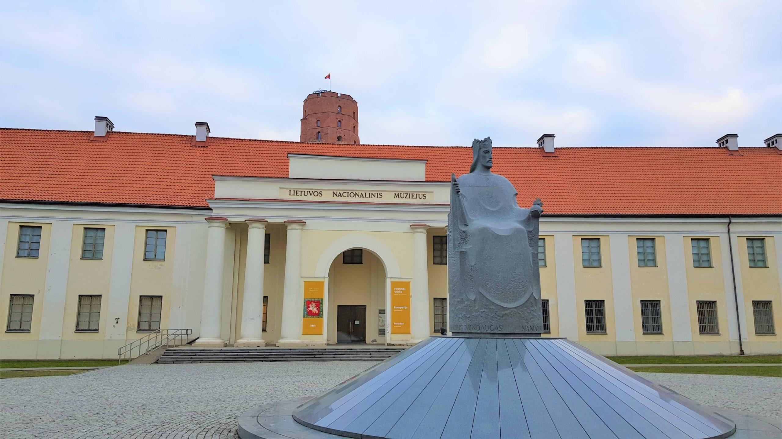 Estatua del rey Mindaugas delante del Museo Nacional de Lituania