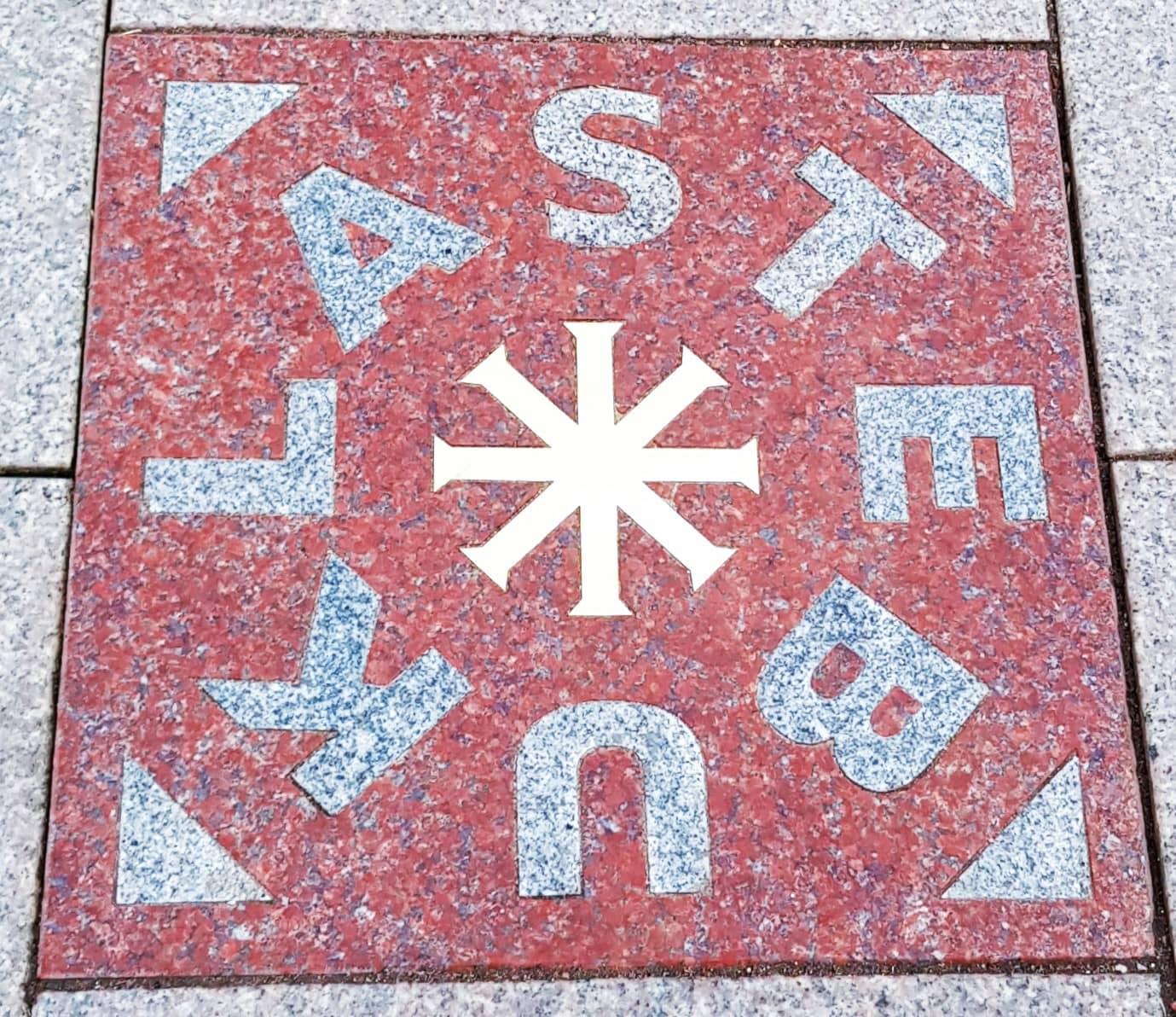 Placa que marca el final de la cadena baltíca