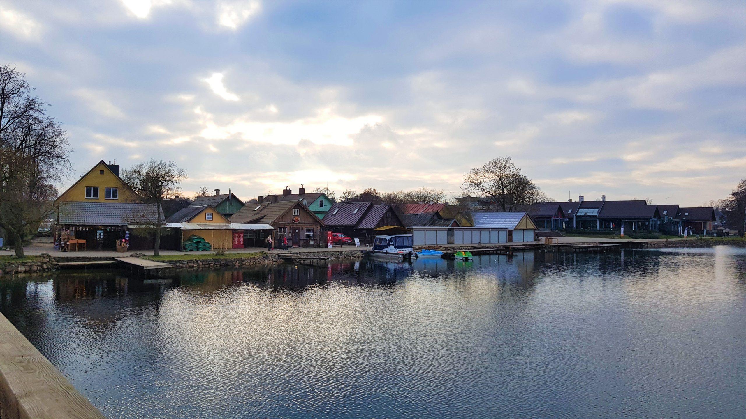 Casitas a pie de lago en Trakai