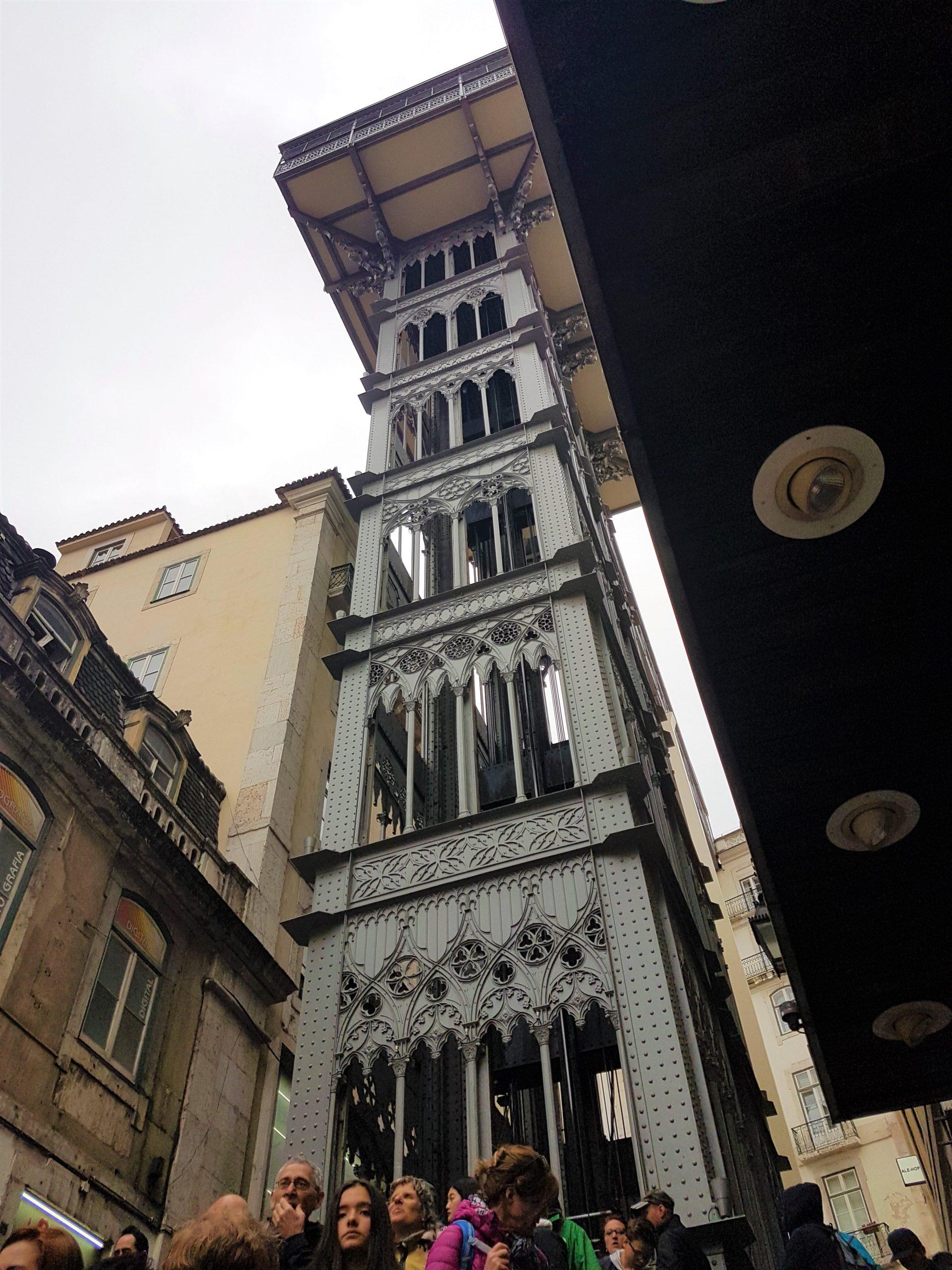 Elevador de Santa Justa de Lisboa visto desde abajo