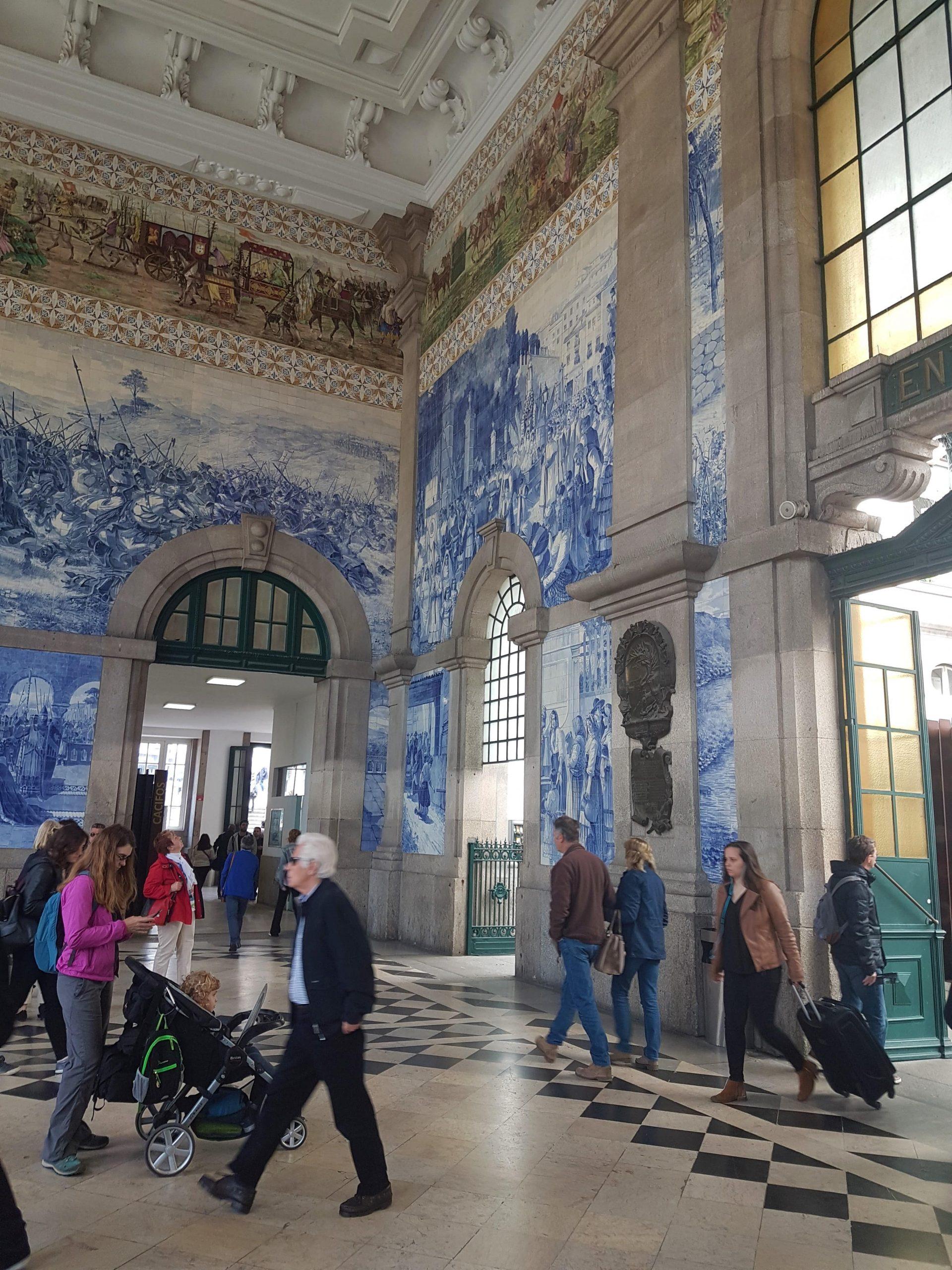 Azulejos en el vestíbulo de la estación de trenes de San Bento