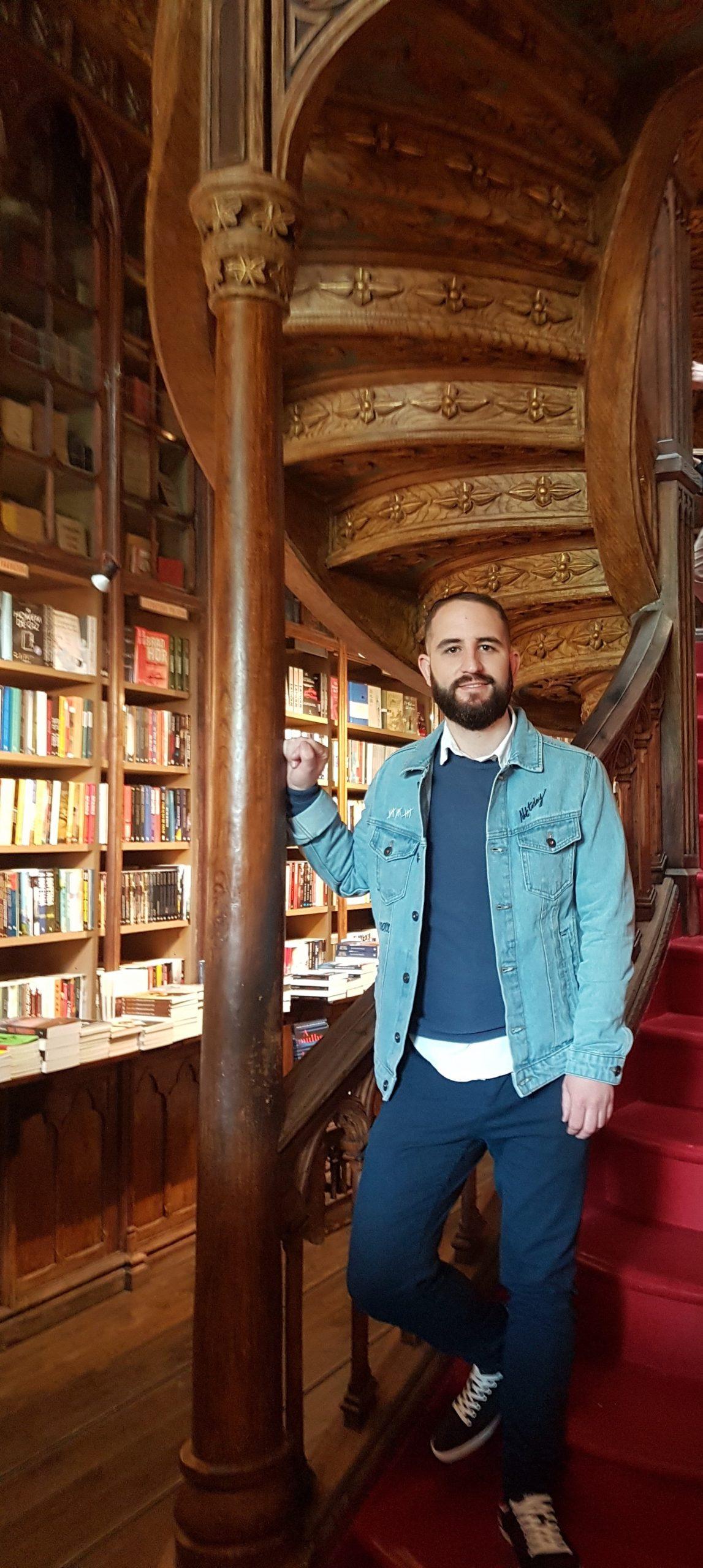 Isgoga en el interior de la libreria Lello