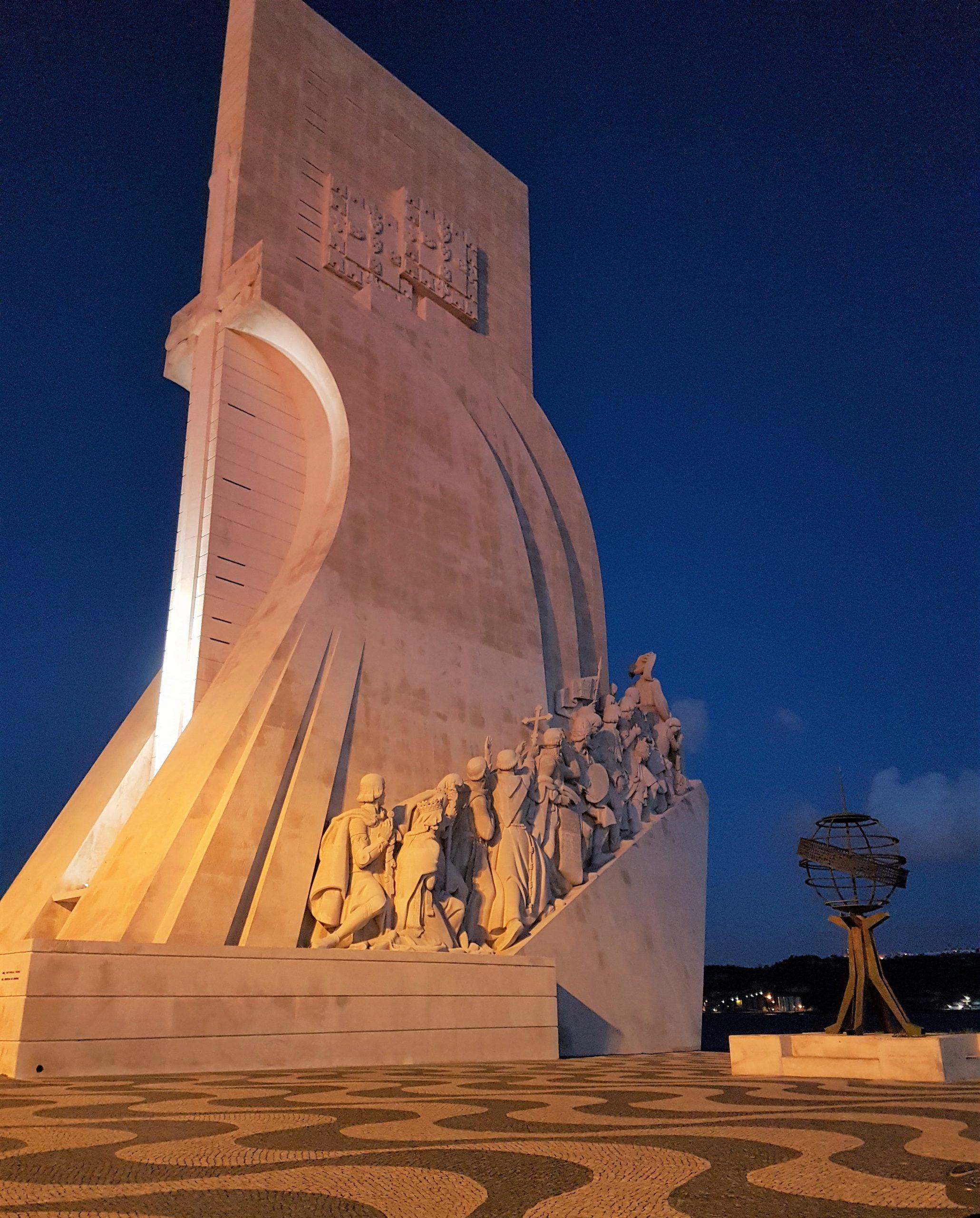Monumento de los descubrimientos iluminado