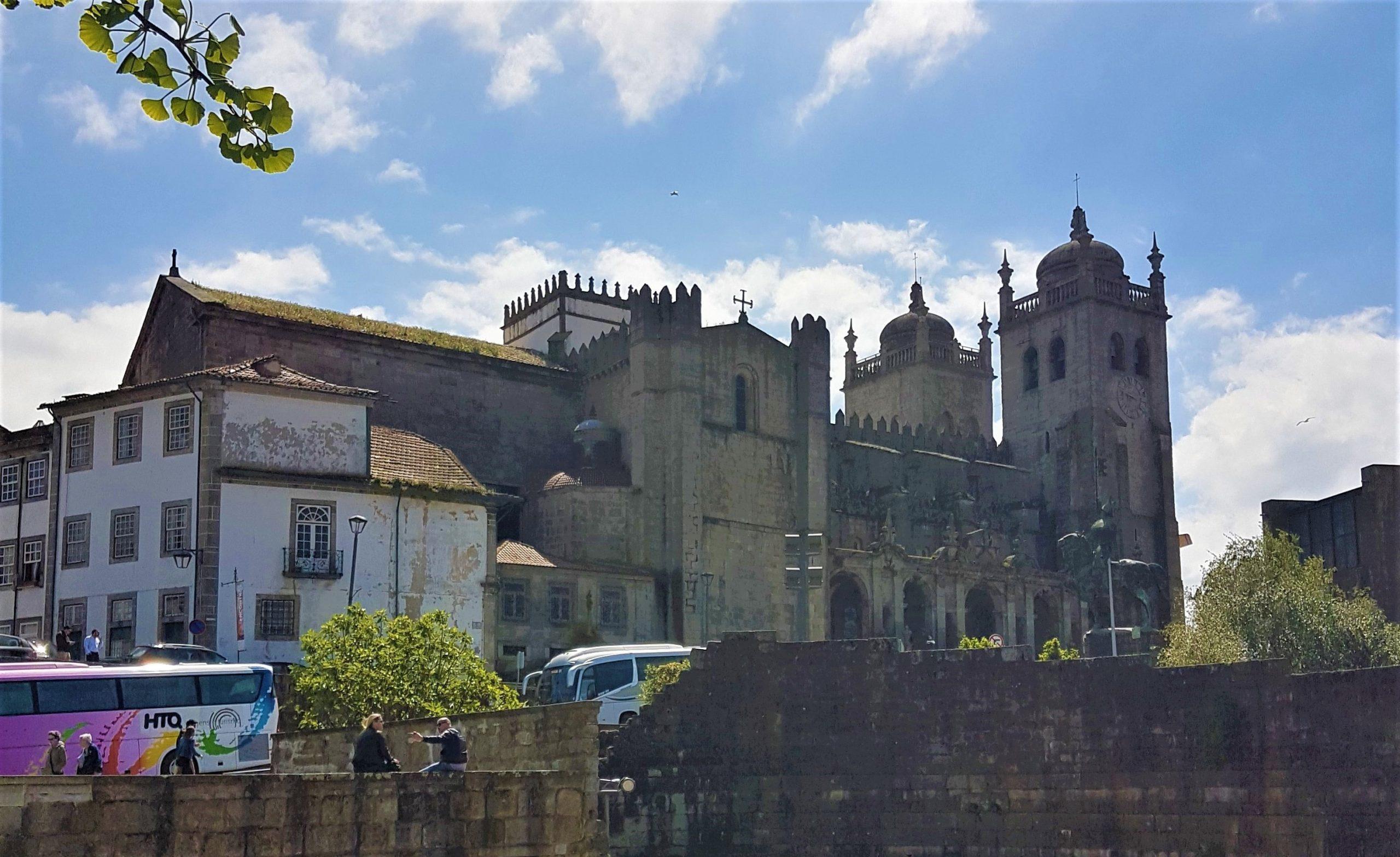 Muralla primitiva y catedral de oporto